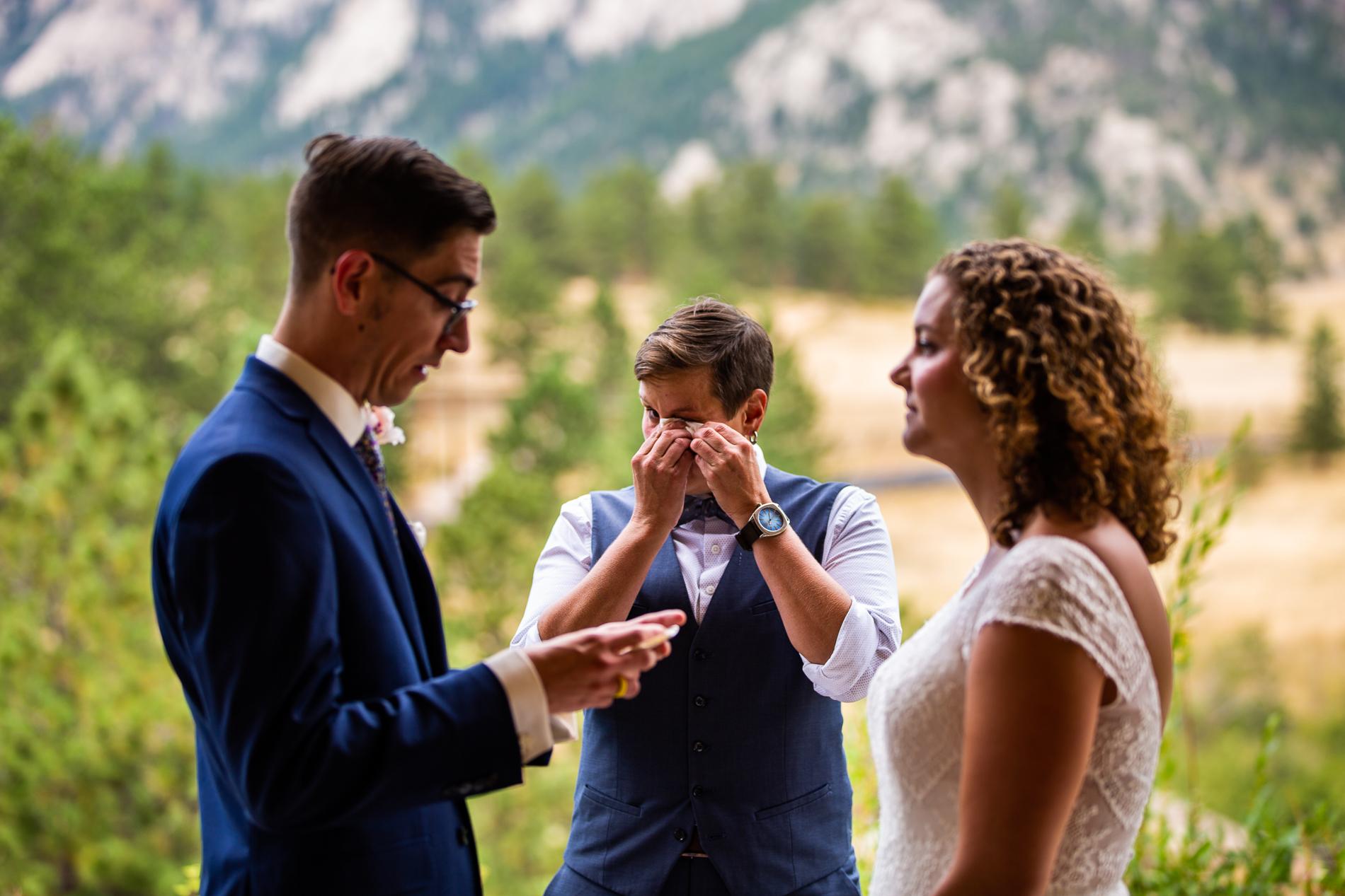 Même le célébrant du mariage en fuite essuyait les larmes des messages d'amour sincères que le couple partageait dans les montagnes à Black Canyon Inn, Estes Park Colorado, États-Unis.