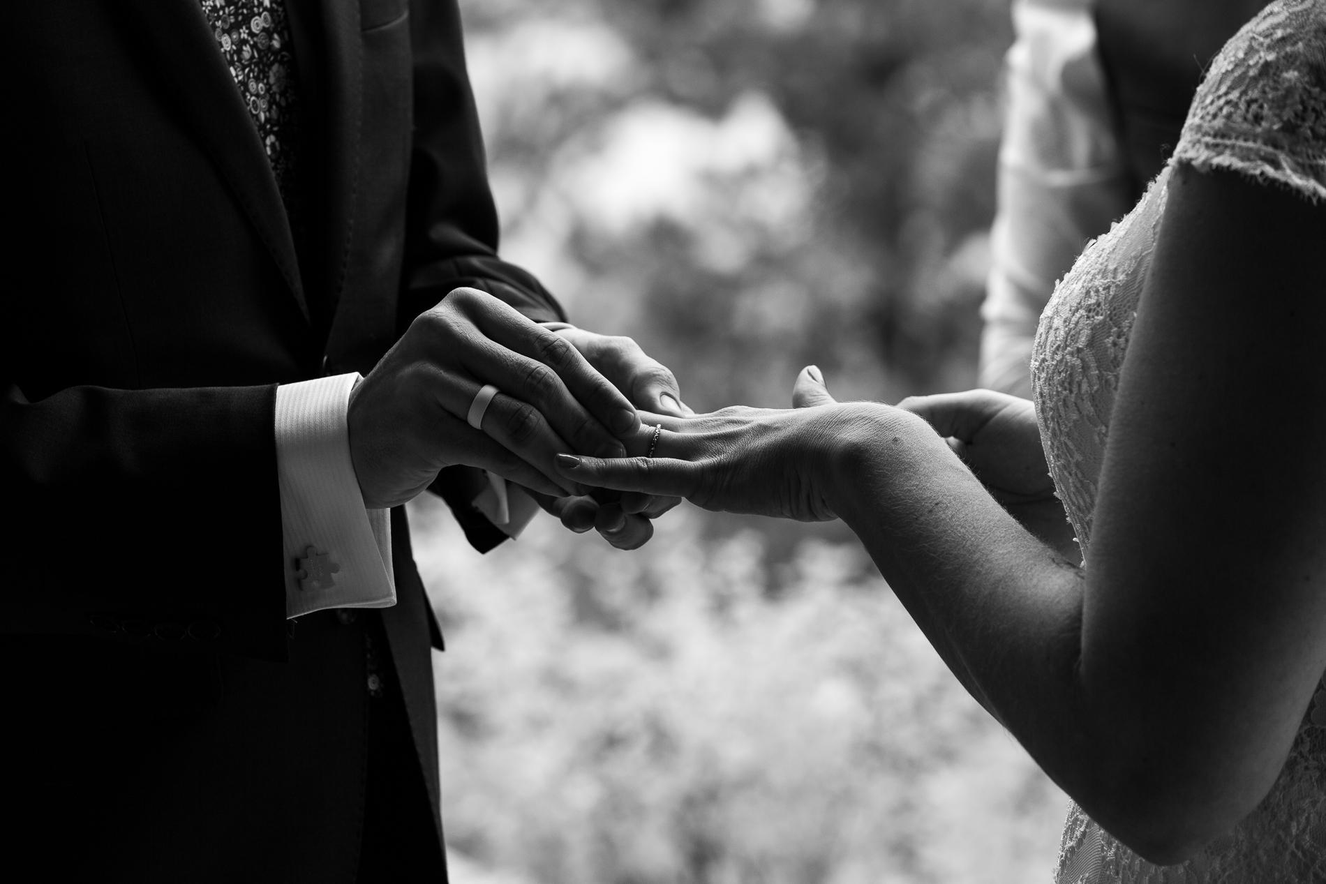 """""""Prenez cette bague comme un symbole de mon amour et de mon engagement."""" Black Canyon Inn, Estes Park Colorado Elopement"""