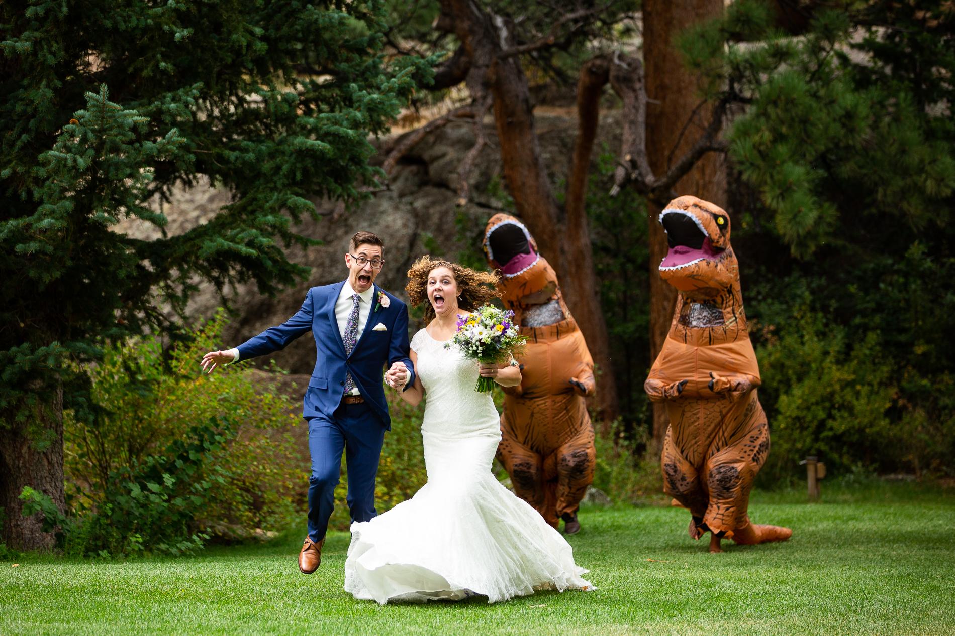 Le couple a été poursuivi par leurs deux seuls invités vêtus de costumes de dinosaures gonflables géants après la cérémonie. Les quatre d'entre eux ont décidé de s'amuser le plus possible au Black Canyon Inn, Estes Park Colorado, USA