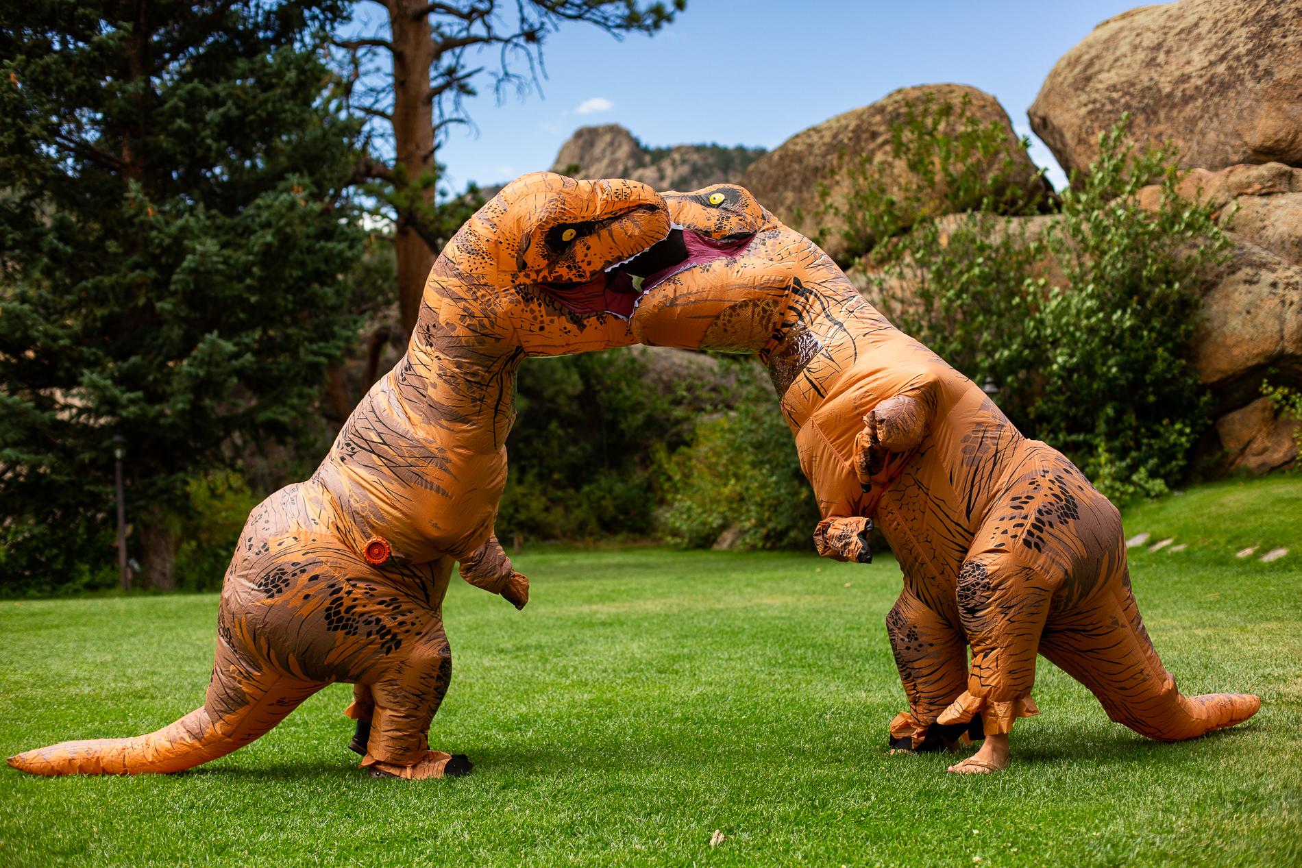 Le couple partage un baiser de bouche, cette fois en dinosaures | Black Canyon Inn, Estes Park Colorado Elopement Photography