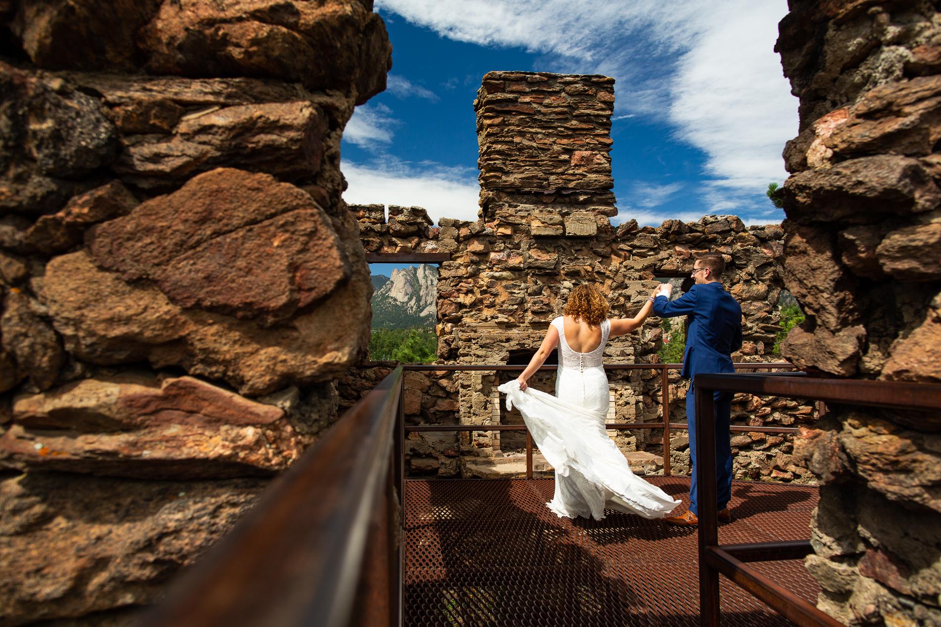 Les jeunes mariés partagent une danse dans les ruines d'un château voisin. Ce que vous ne pouvez pas voir, ce sont leurs amis qui chantent une chanson de rap torride pour leur donner un rythme sur lequel se balancer. Photo de fuite de Black Canyon Inn, Estes Park Colorado
