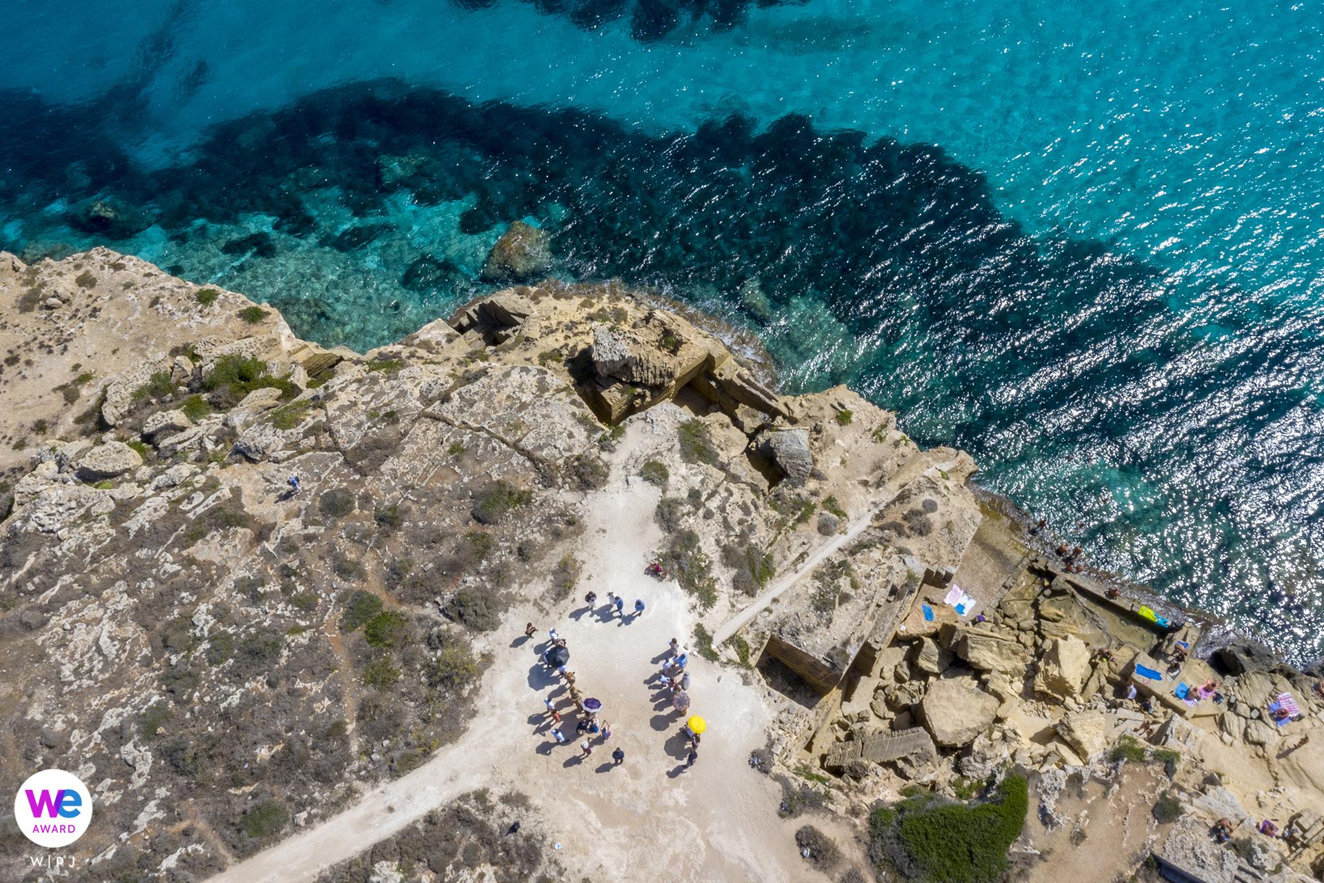 Photographe Sicile Elopement: La mariée et le marié avec leurs invités de mariage arrivés en Italie d'Australie adorent la couleur de cette mer!