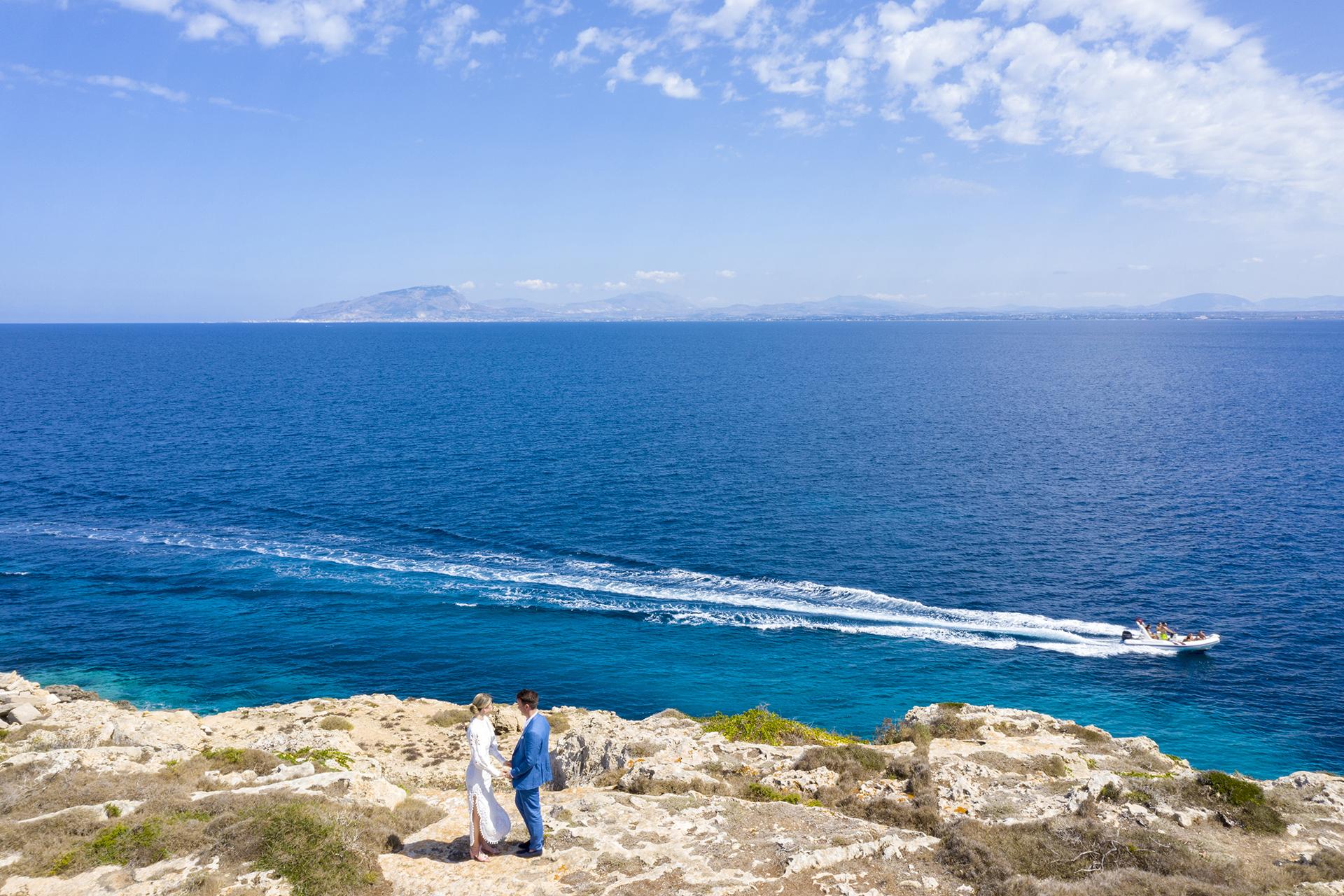 Favignana Island, Sicile Elopement Photo - Les voeux de mariage échangés face à la mer à Favignana