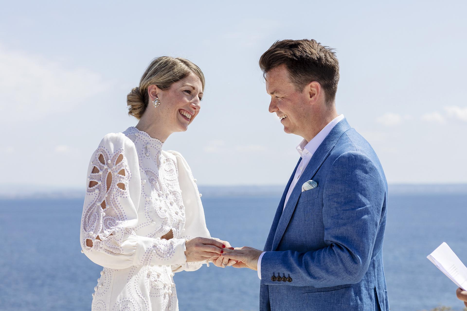 Cala Bue Marino, Favignana-eiland, Sicilië - Elopement-foto - Bruid / bruidegom maakten hun droom om trouwringen op zee uit te wisselen.