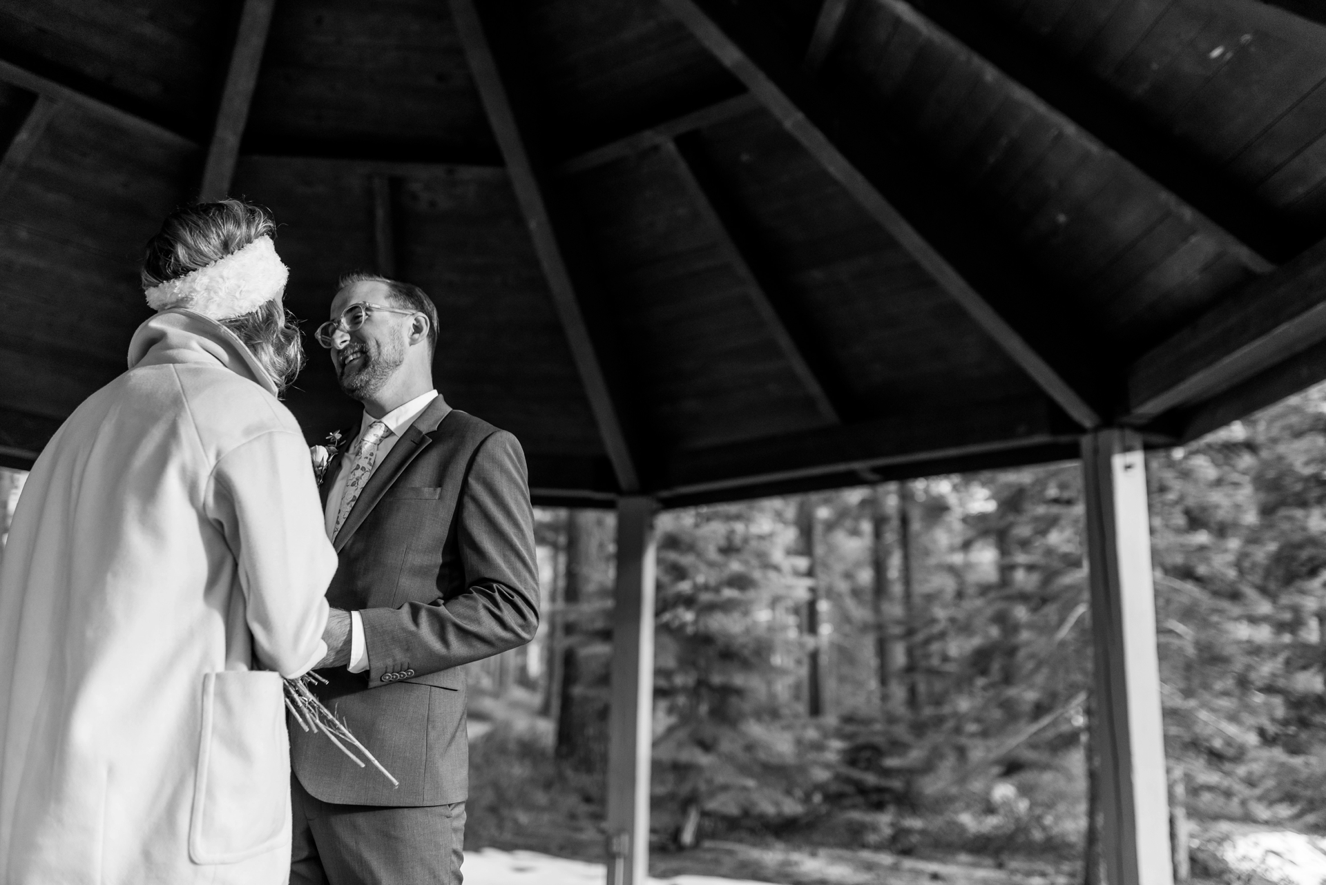 Zephyr Cove, NV elopement image - Les mariés partagent leurs vœux sous un gazebo.