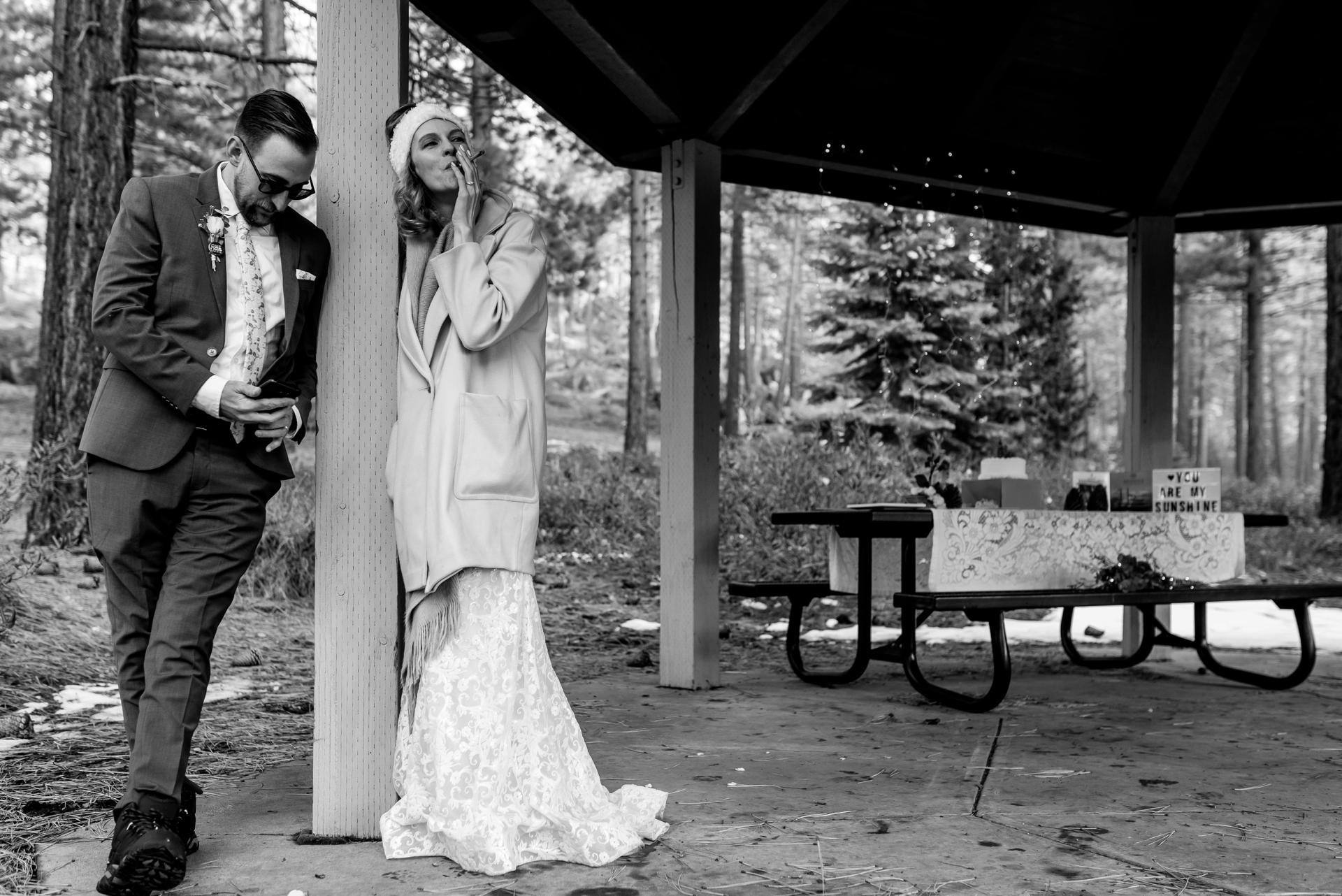 Les mariés partagent un moment de calme et une fumée sous un gazebo pour leur fuite privée dans le Nevada.