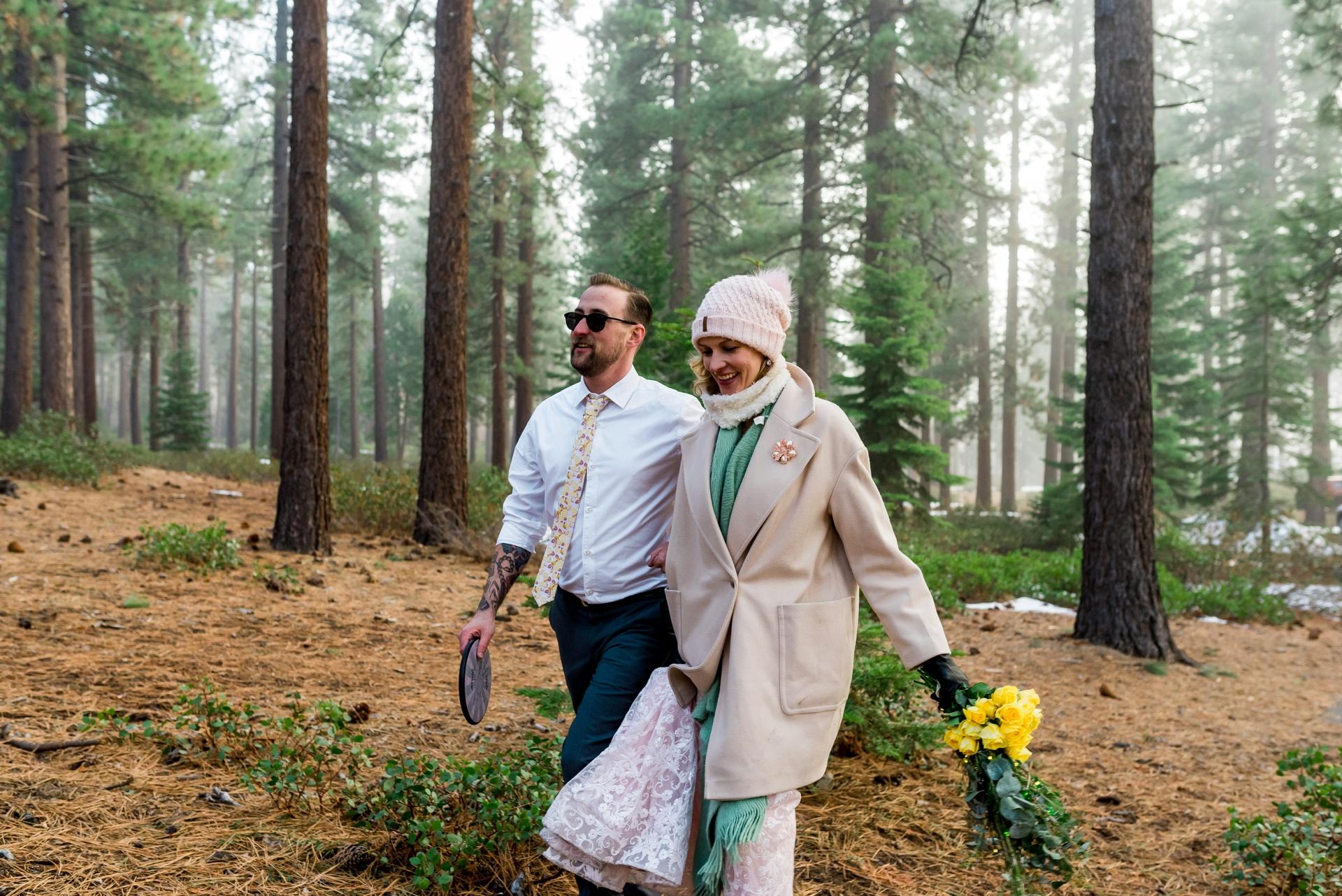 Zephyr Cove, Nevada photographie de mariage - Les mariés marchent ensemble sur le parcours de disc golf pour leur fuite privée.