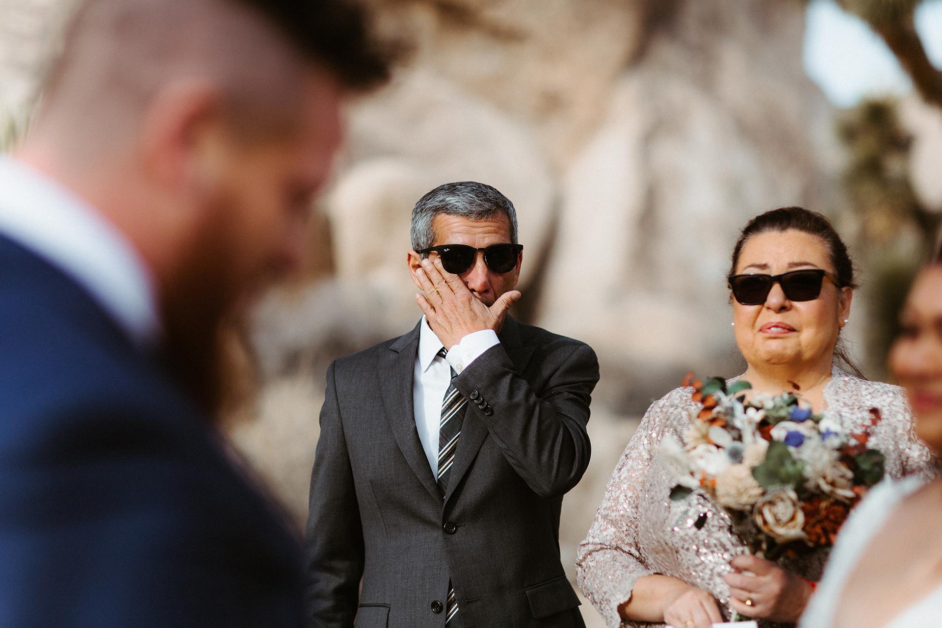 Joshua Tree, Californie photographie d'élopement | Ce fut une période très émouvante pour le marié ... et le père de la mariée également.