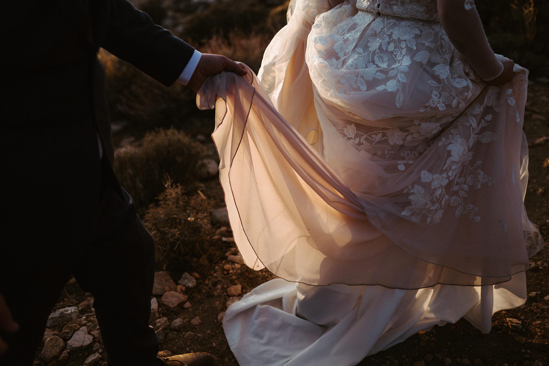 Keys View, Joshua Tree, Californie image détaillée de l'élopement | Monter la vue Keys. Le marié aide sa femme.