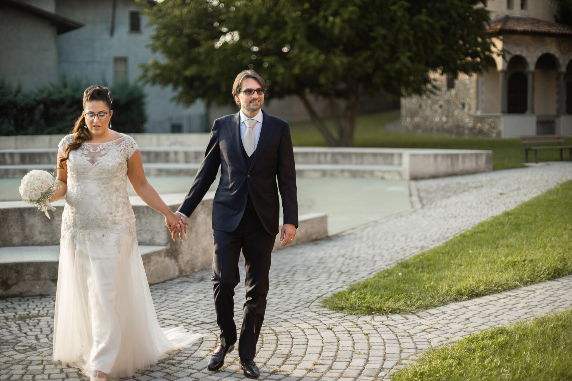 Erbusco Rathaus Elopement Paar zu Fuß - BS | Das Brautpaar spaziert vor dem Rathaus, um einige Porträts zu machen.