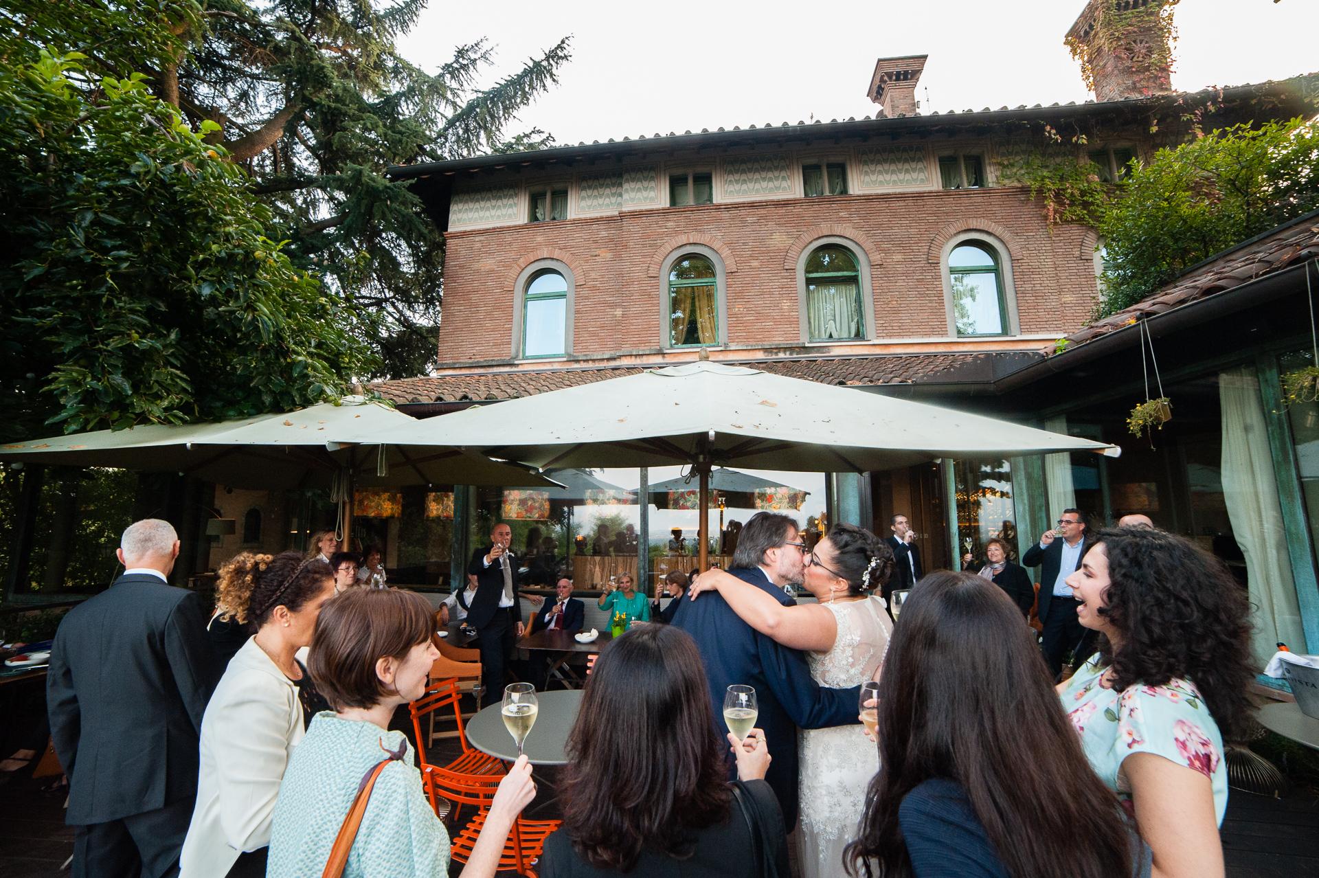 Erbusco, Italien Elopement Fotografie | Das Brautpaar stößt zusammen mit den wenigen Gästen zum Abendessen und den Gästen der Hotelbar an.