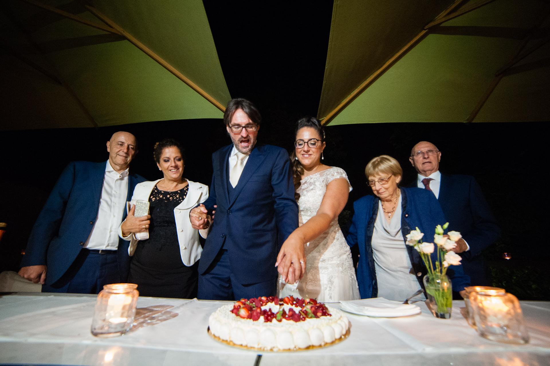 Erbusco, Italien Elopements und Empfangsfotografie | Das Schneiden der Hochzeitstorte mit ihren Eltern