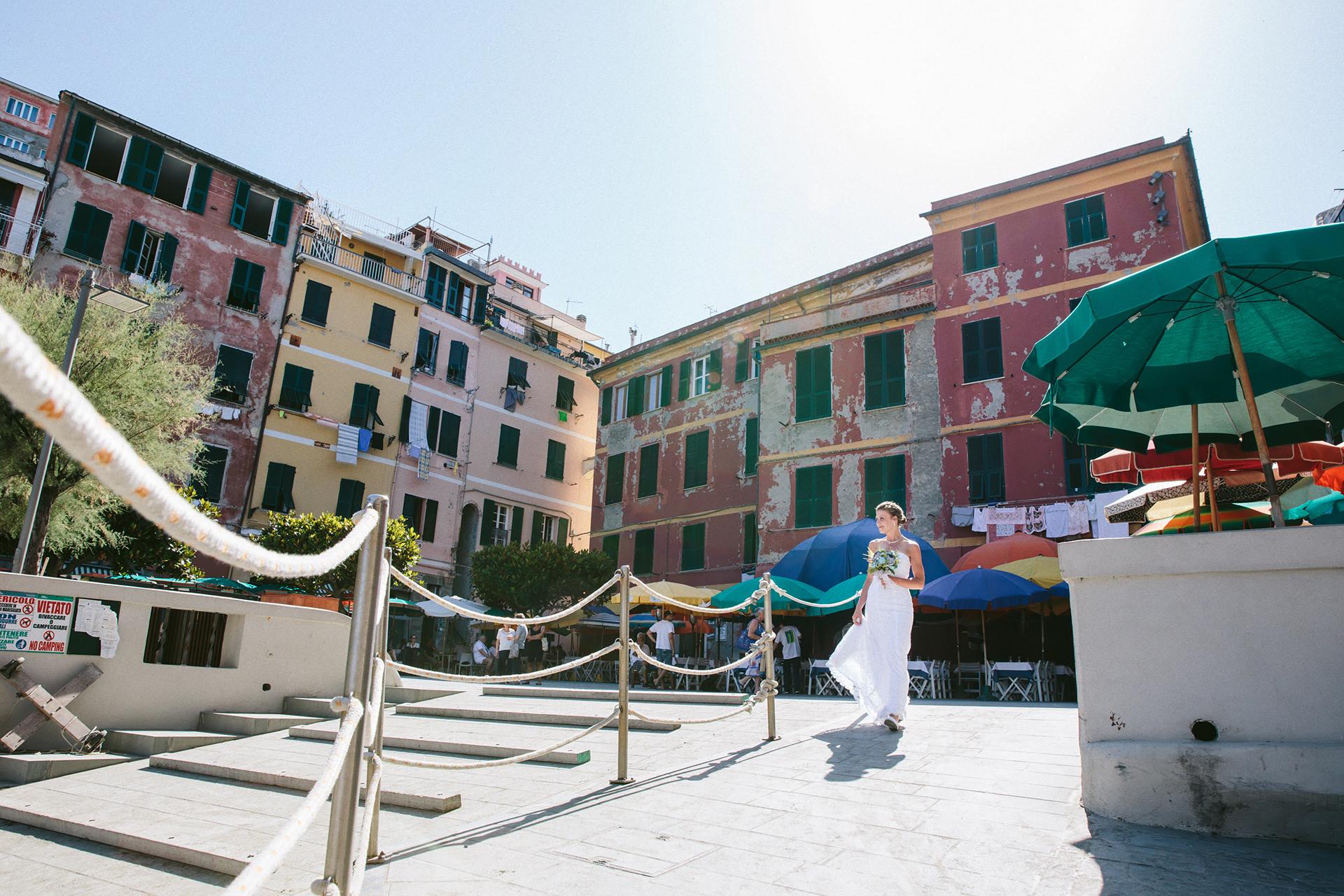 Mariage sur la plage des Cinque Terre - Italie Elopement Image | La mariée sur le point de se présenter à la cérémonie