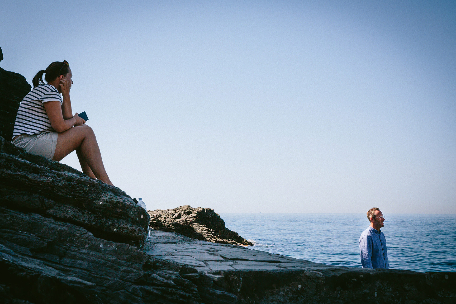 Jetée des Cinque Terre à la plage - Italie Elopement Photo | Le marié attend sa mariée sur la jetée