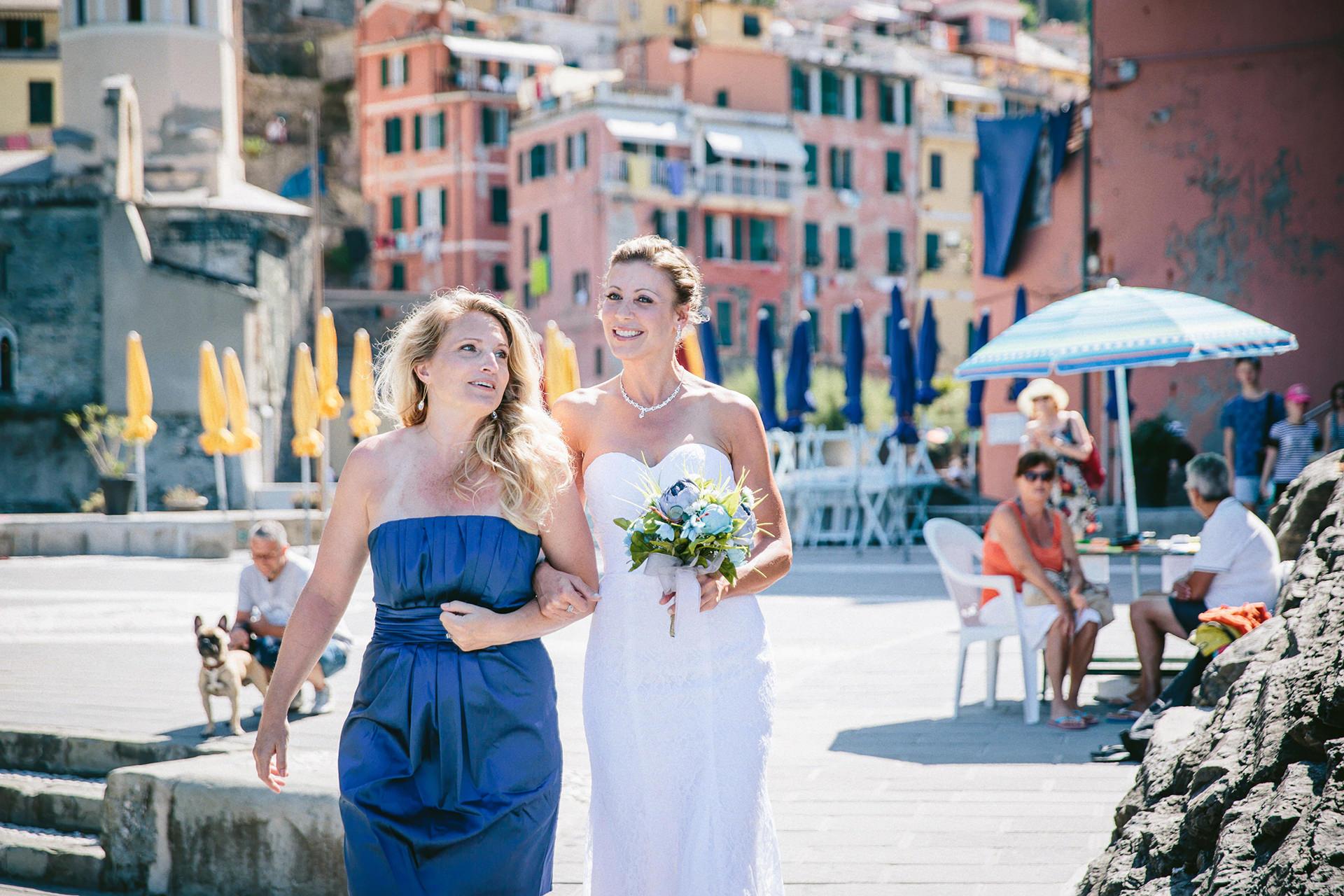 Image de mariage de petit village d'Italie - Vernazza Elopements | La mariée et la demoiselle d'honneur sont arrivées sur le lieu de la cérémonie
