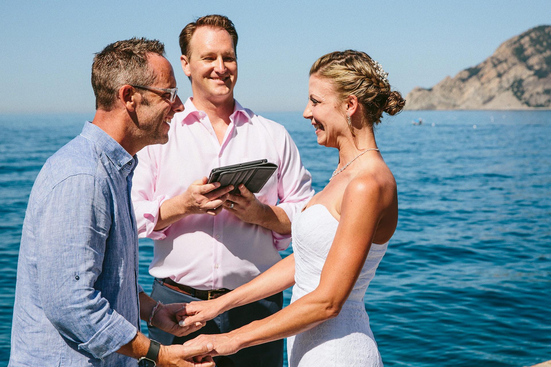 Cérémonie de mariage des Cinque Terre - Italie Elopement Photos | Une cérémonie très intime sur la jetée de Vernazza.