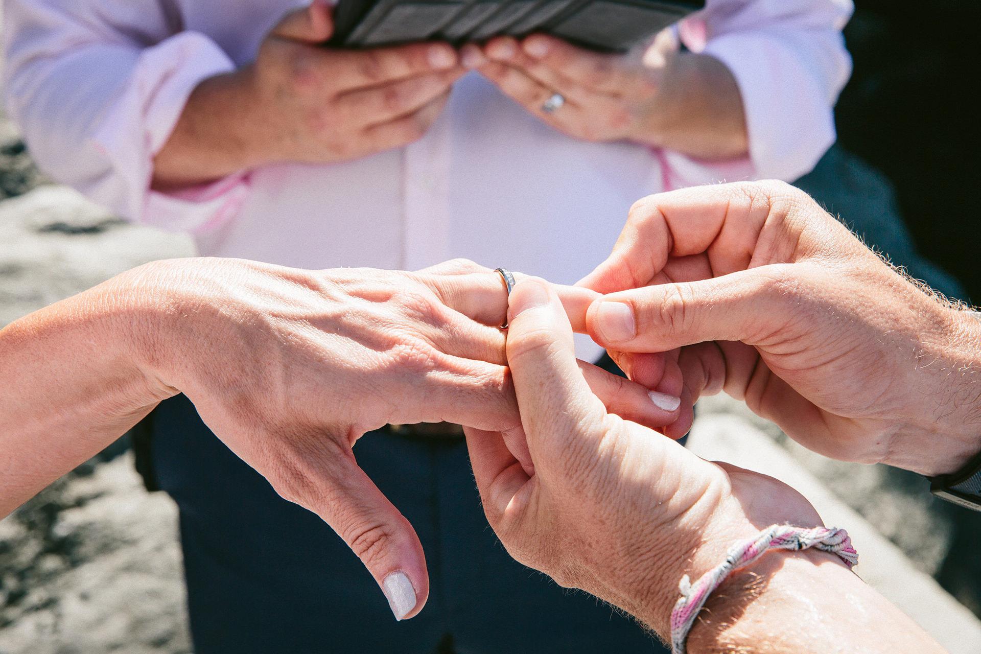 Cérémonie des anneaux de mariage de Vernazza - Italie Elopement Image détaillée | Les anneaux ont été échangés à la suite des vœux de mariage.