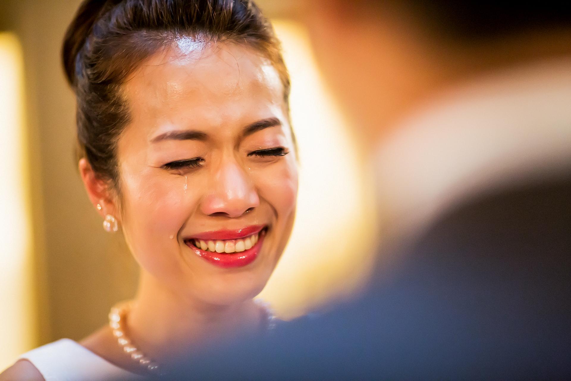 Lágrimas de ceremonia de boda por fuga civil en el Ayuntamiento de San Francisco, CA Fotografía   La novia emocionada no pudo evitar que sus lágrimas rodaran por el momento en que se les pidió que intercambiaran anillos.