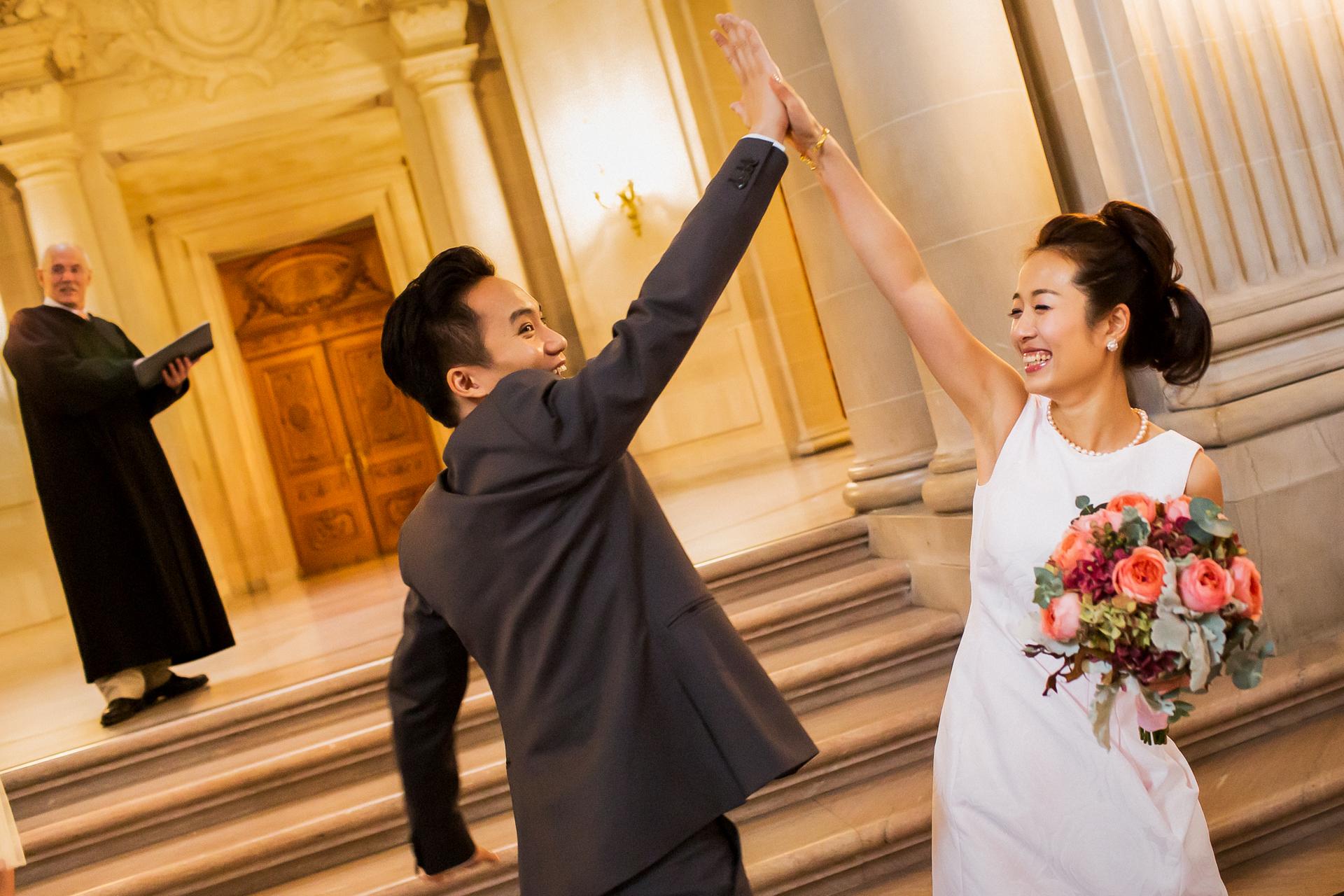 Fotografía del Elopement Civil del Ayuntamiento de San Francisco   La feliz pareja alcanzó los cinco después de su ceremonia.