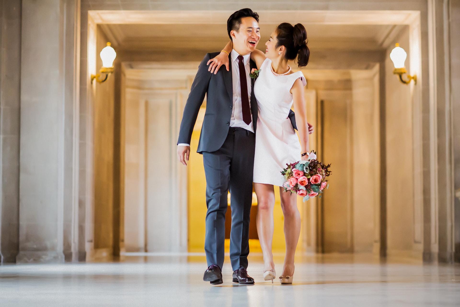 Fotografía de la boda civil del ayuntamiento de San Francisco   Sr. y Sra. Felizmente marchando