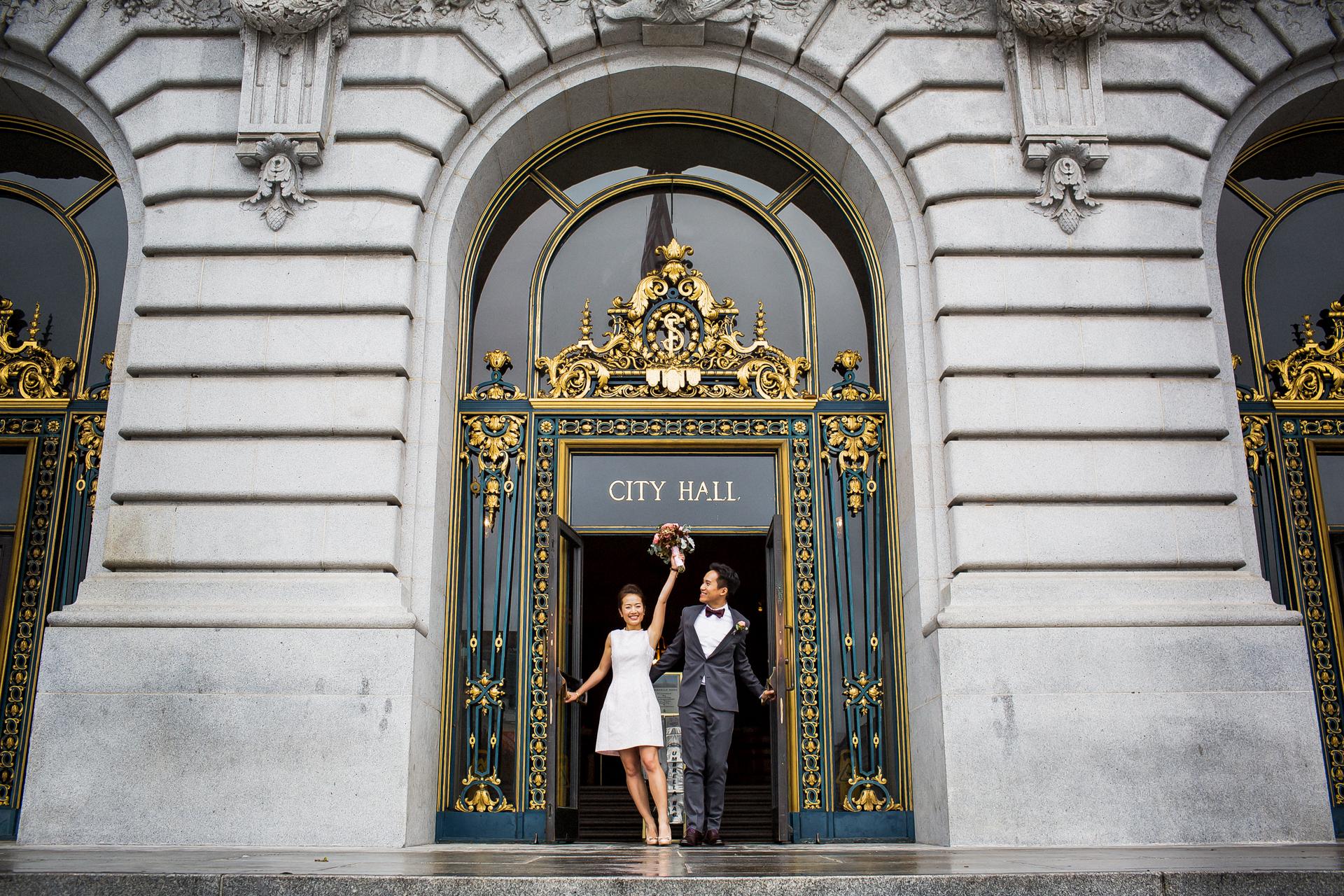 Imagen del matrimonio civil del ayuntamiento de San Francisco   La pareja emocionada salió del Ayuntamiento