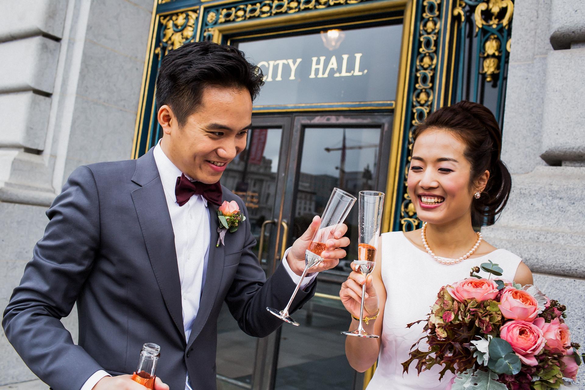 Ayuntamiento de San Francisco   Elopement Imagen de recién casados   ¡Un brindis rápido para celebrar este maravilloso momento!