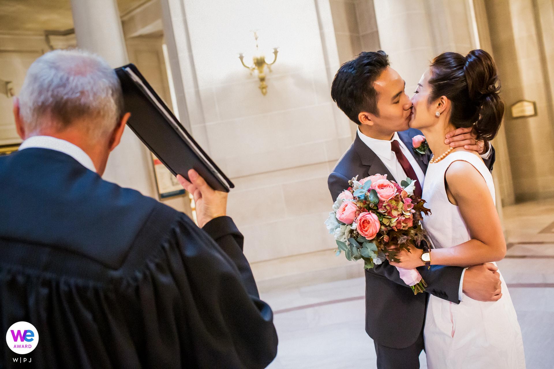 Ayuntamiento de San Francisco, CA Elopement Foto del beso   un oficiante muy humorístico y ayudó a aligerar mucho la atmósfera