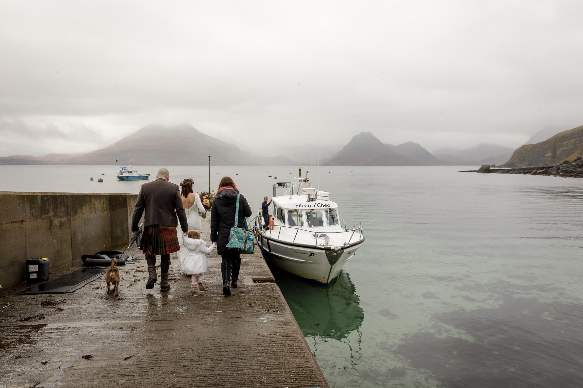 Schotland, VK Elopementfotografie | De locatie voor de ceremonie is een magisch meer in het hart van het Cuillin-gebergte en de enige manier om er te komen is per boot - tenzij je minstens vijf mijl per enkele reis wilt lopen.