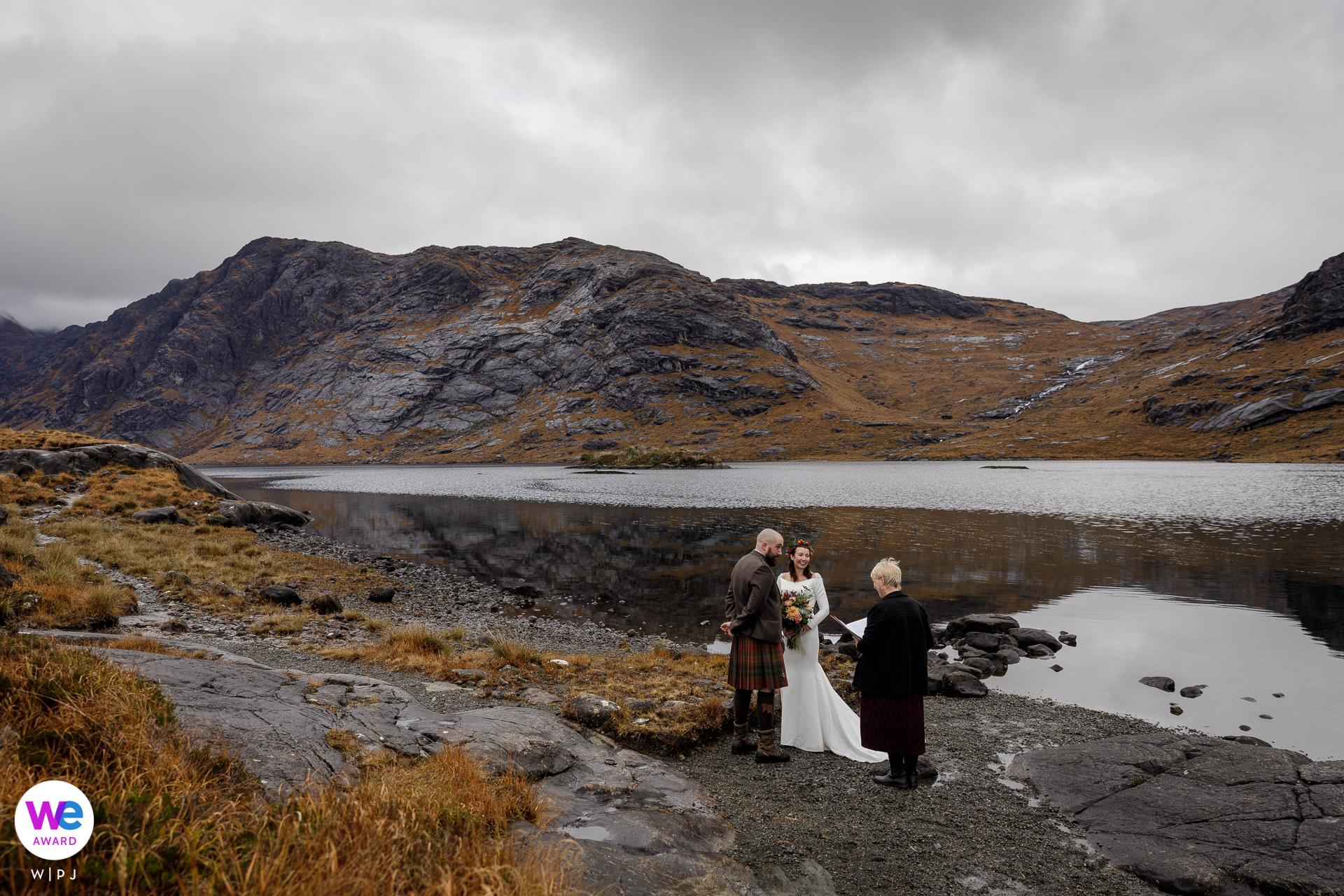 Isle of Skye, Schotland, VK Schaking Foto | De bruid en bruidegom wonen in de buurt van Edinburgh, Schotland, maar ze wilden ergens mooi en afgelegen trouwen, dus kozen ze voor het Isle of Skye in de Schotse Hooglanden