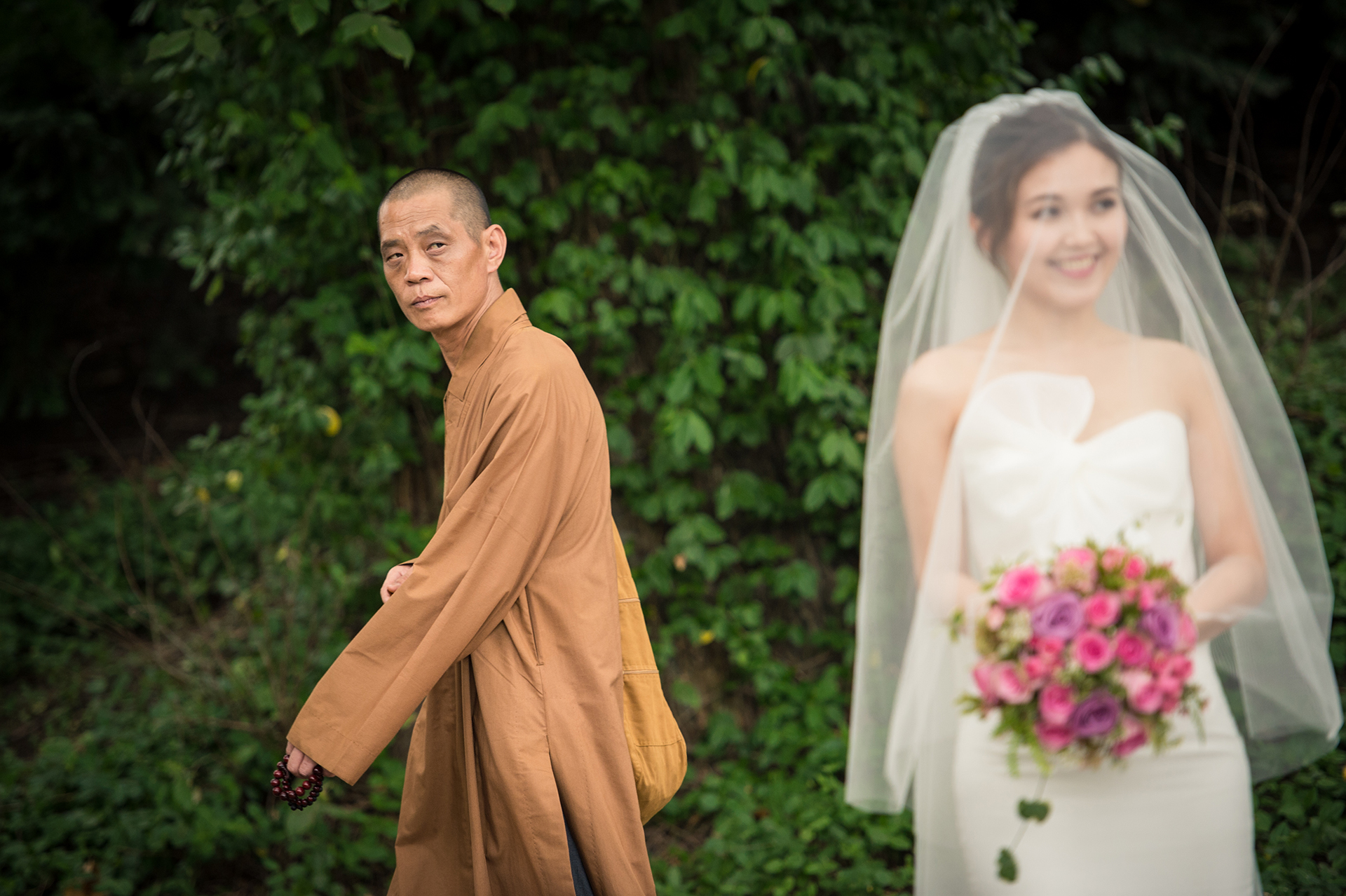 Image de la cérémonie d'élimination de New York de Central Park | La mariée voilée a attiré l'attention d'un moine de passage.