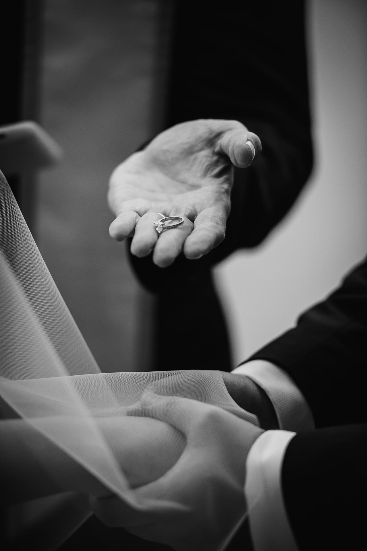 Petite cérémonie d'évasion à Central Park, NYC | Photographie détaillée - Quatre mains jointes attendent le placement des anneaux.