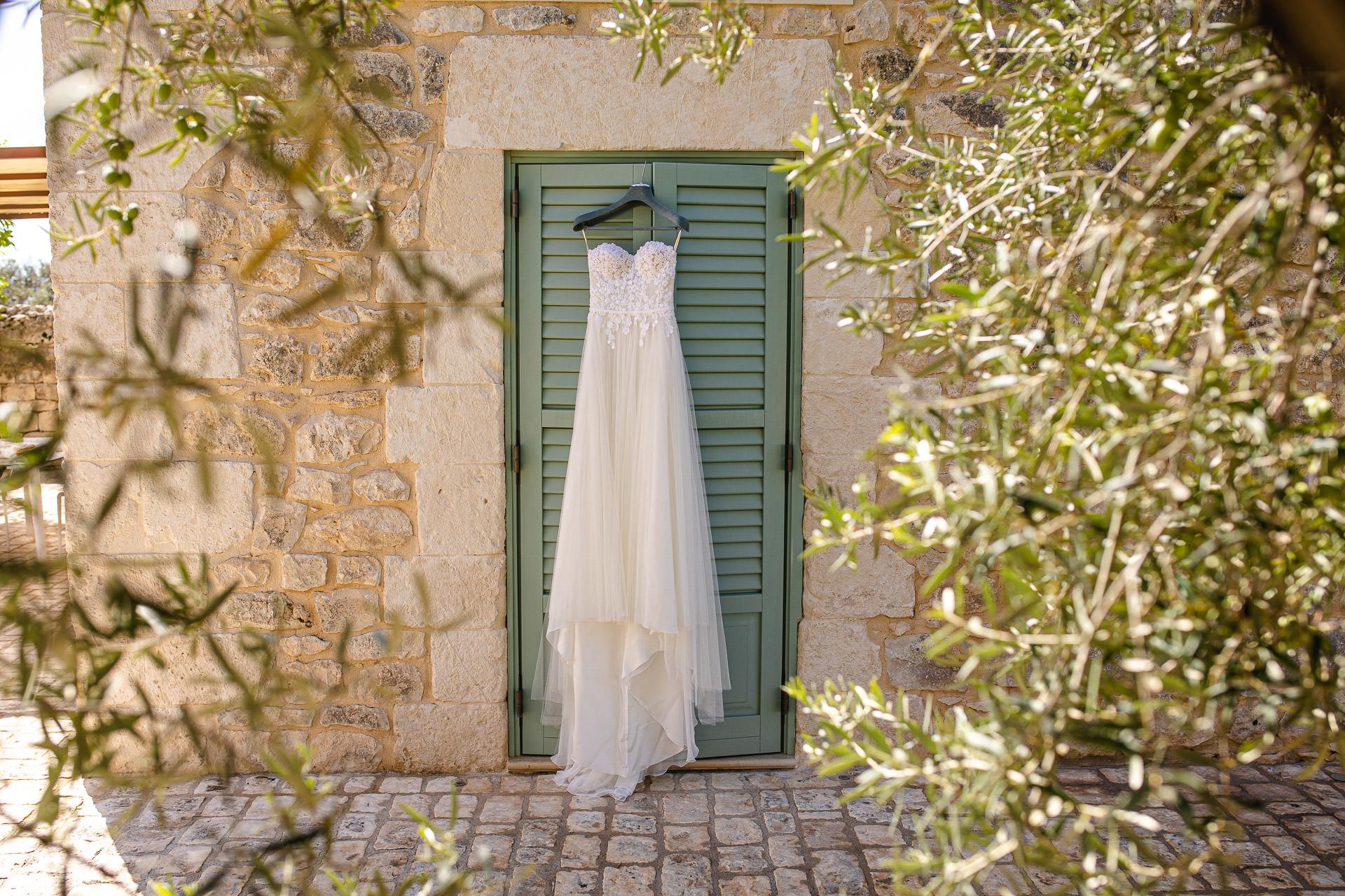 Sizilien, Italien Beach Elopement Image | Das Kleid von Valentina im Garten ihres Vorbereitungshauses