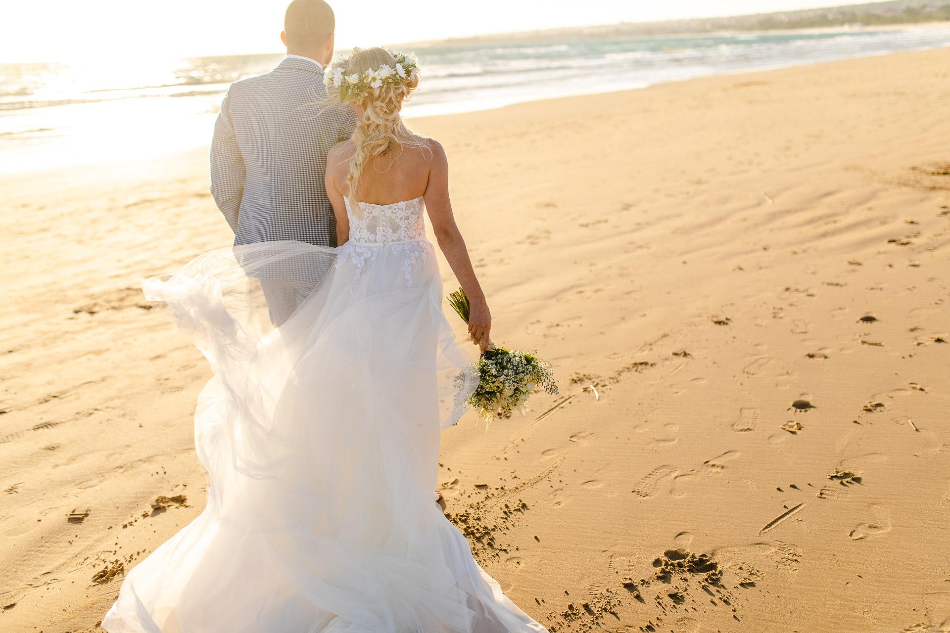 Sizilien, Italien Beach Elopement Portrait Bild | Es gab etwas Wind, der mit ihrem Kleid und ihren Haaren spielte