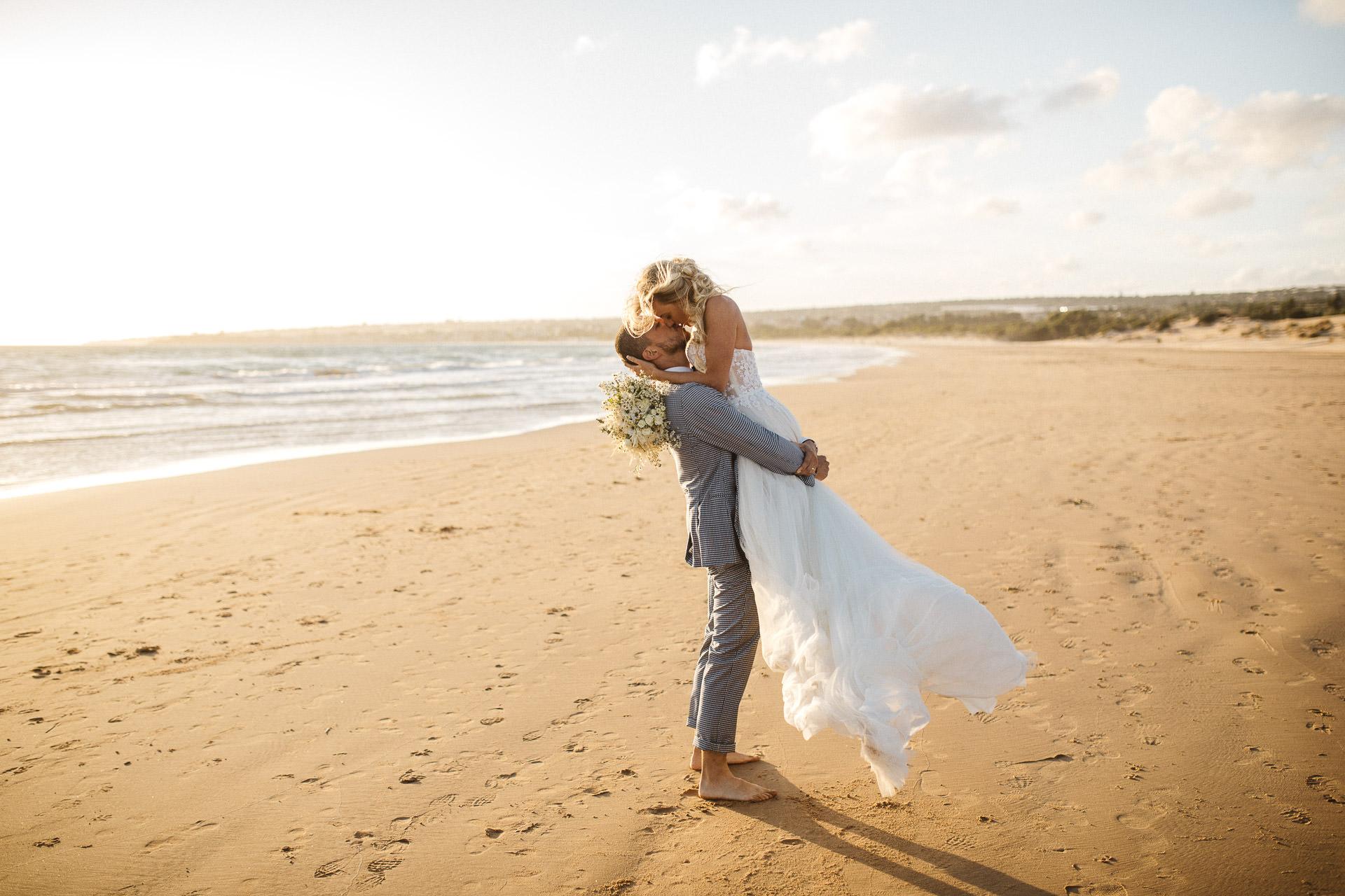 Sizilien, Italien Beach Elopement Portraits | Paar allein am Strand zu dieser Zeit