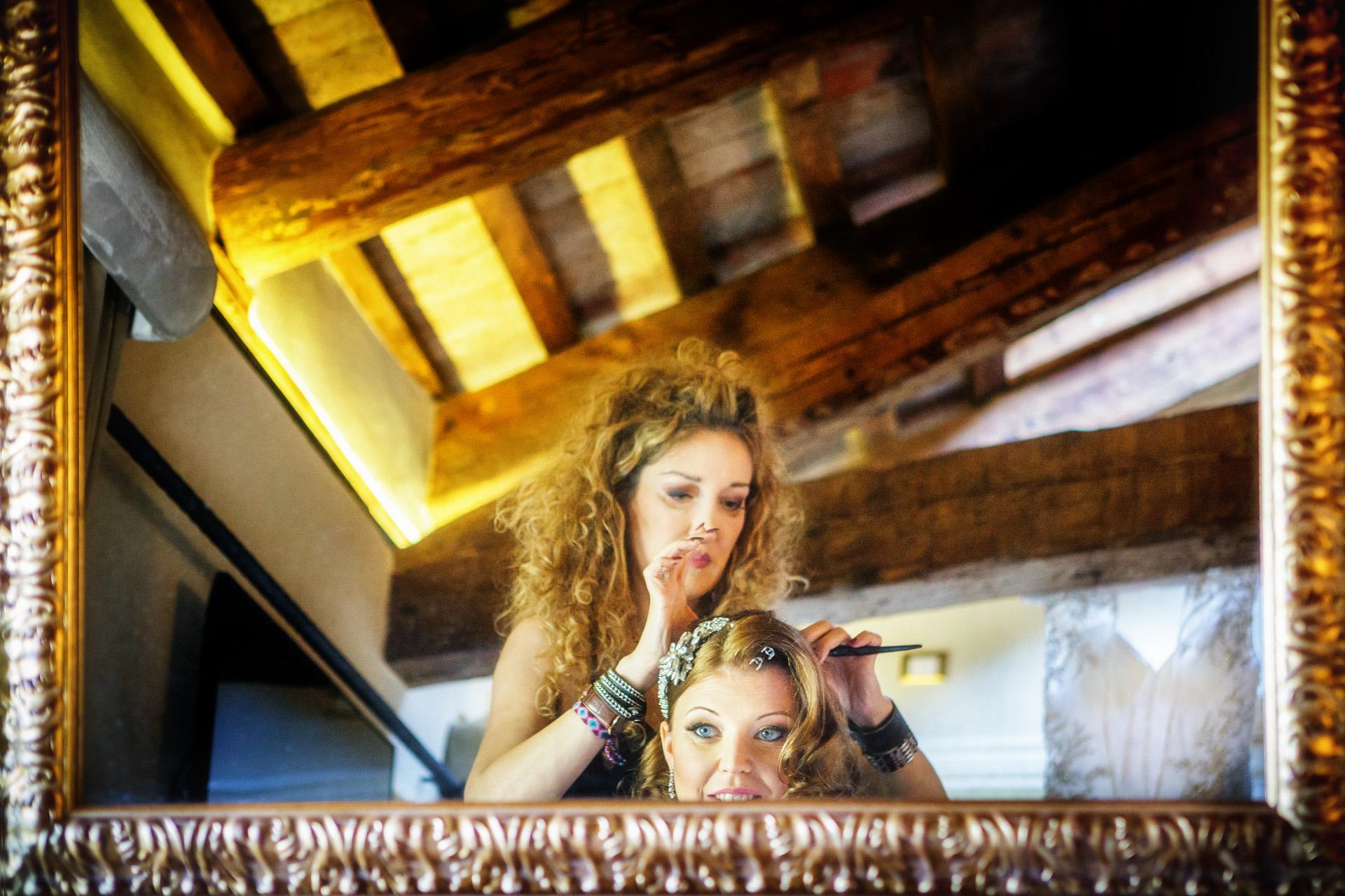 Venise, Italie Elopement se prépare Image   Les dernières touches du coiffeur devant le miroir.