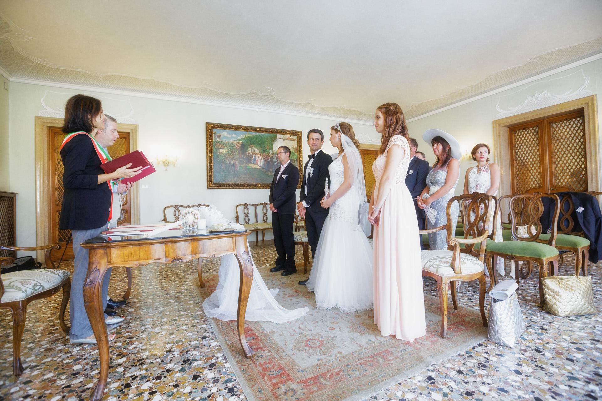 Foto de la ceremonia de Elopement - Venecia, Italia | La ceremonia oficial de boda al aire libre.