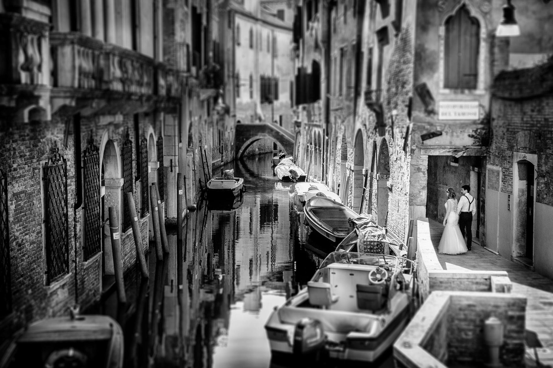 Portrait d'Elopement à Venise, Italie   Suivre les jeunes mariés lors de leur promenade dans les rues étroites pittoresques.