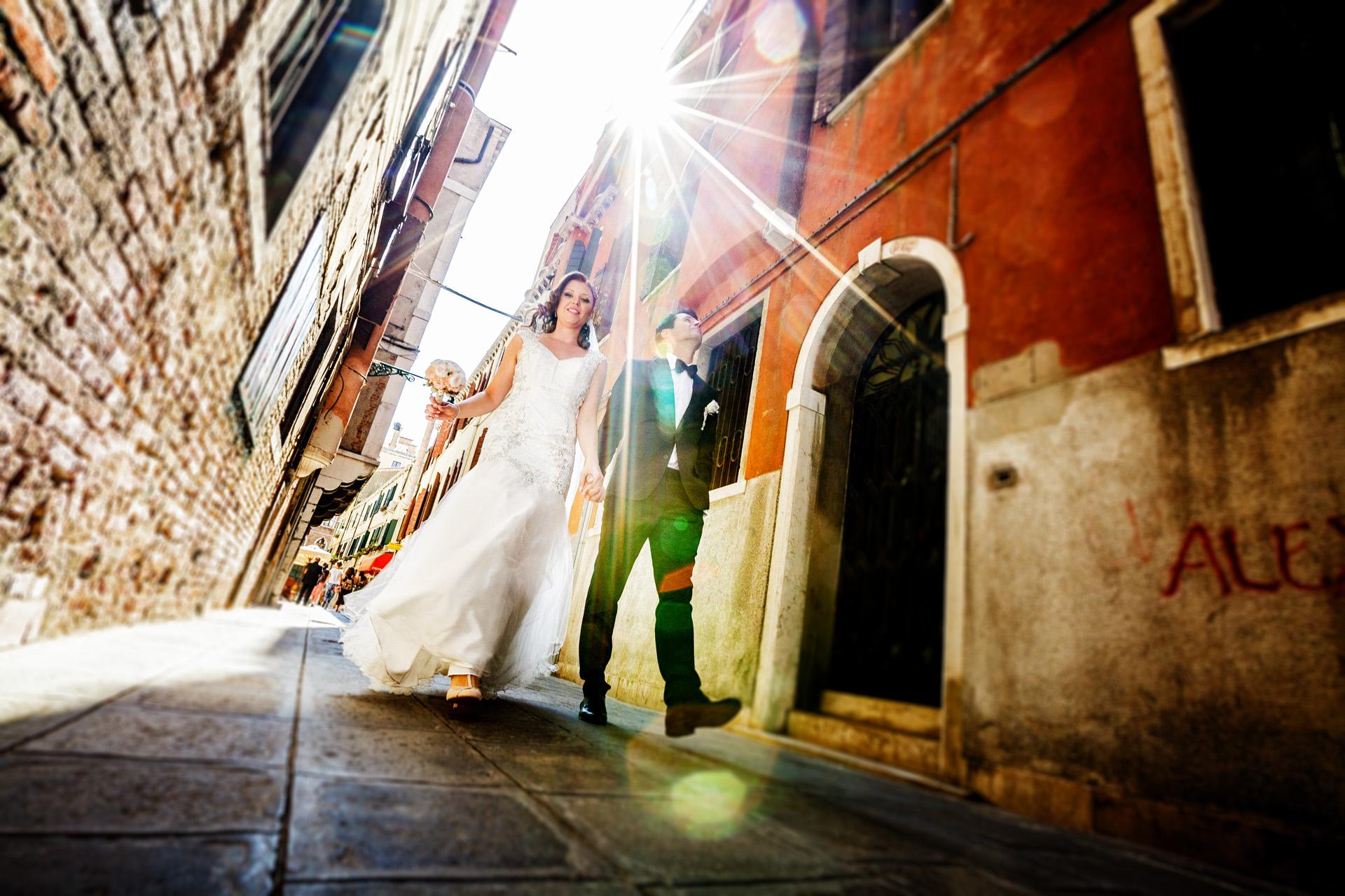 Elopement Portrait du Couple marchant - Venise, Italie   L'attitude décontractée de la mariée et du marié en se promenant dans les rues.
