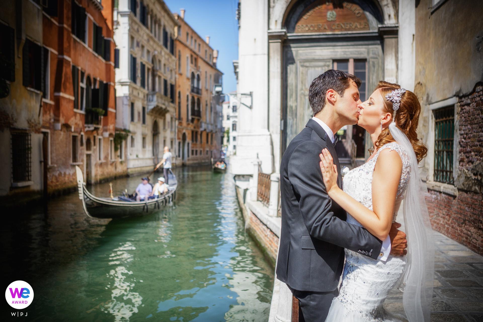 Venecia, Italia Historia romántica de la foto de Elopement | La pareja salió a caminar y tomó algunas fotos románticas, disfrutando de la magia de Venecia.