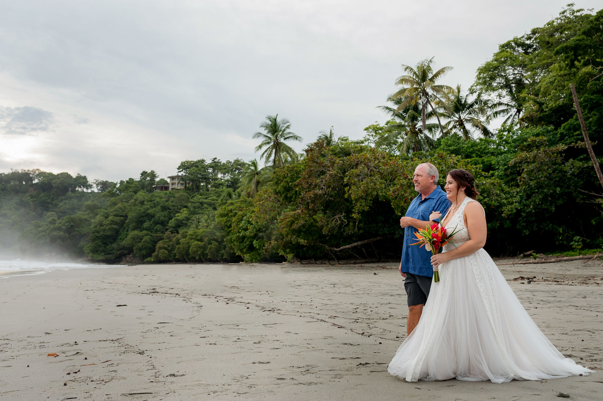 """Costa Rica Beach Cérémonie Elopement Photo   la mariée marche dans """"l'allée"""" avec son père"""