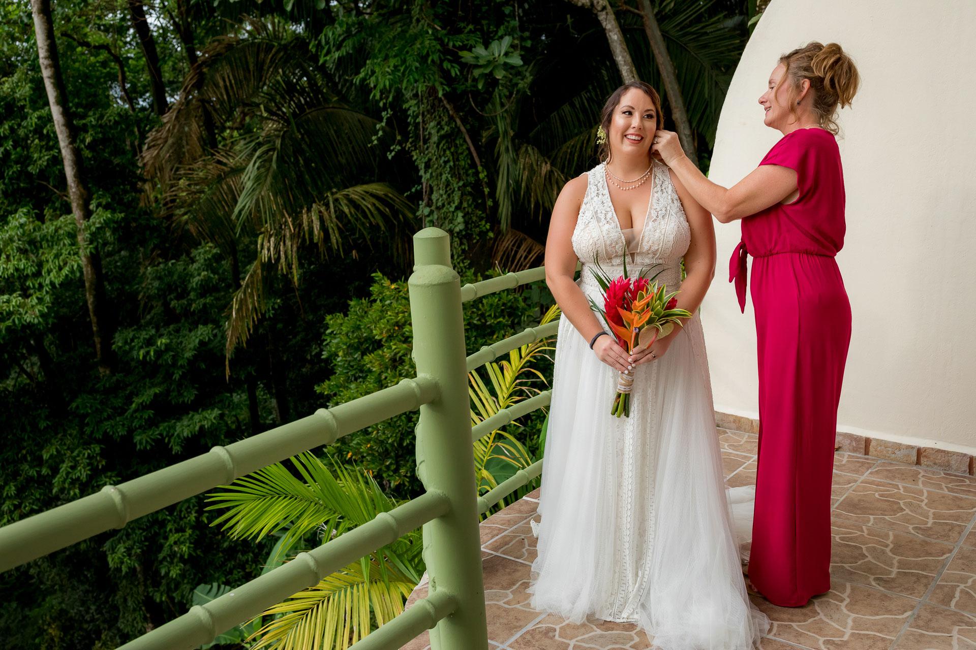 Costa Rica Elopement se prépare Image   maman l'aide avec ses bijoux