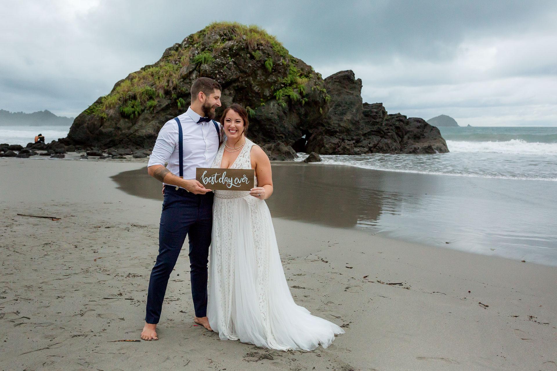 Manuel Antonio Beach Beach Elopement Couple Portrait - une photo avec un accessoire