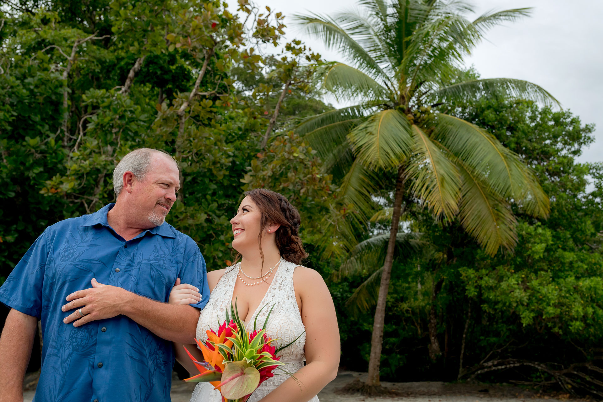 Photo du père et de la mariée Elopement au Costa Rica   regarde son père avant de se rendre à la cérémonie