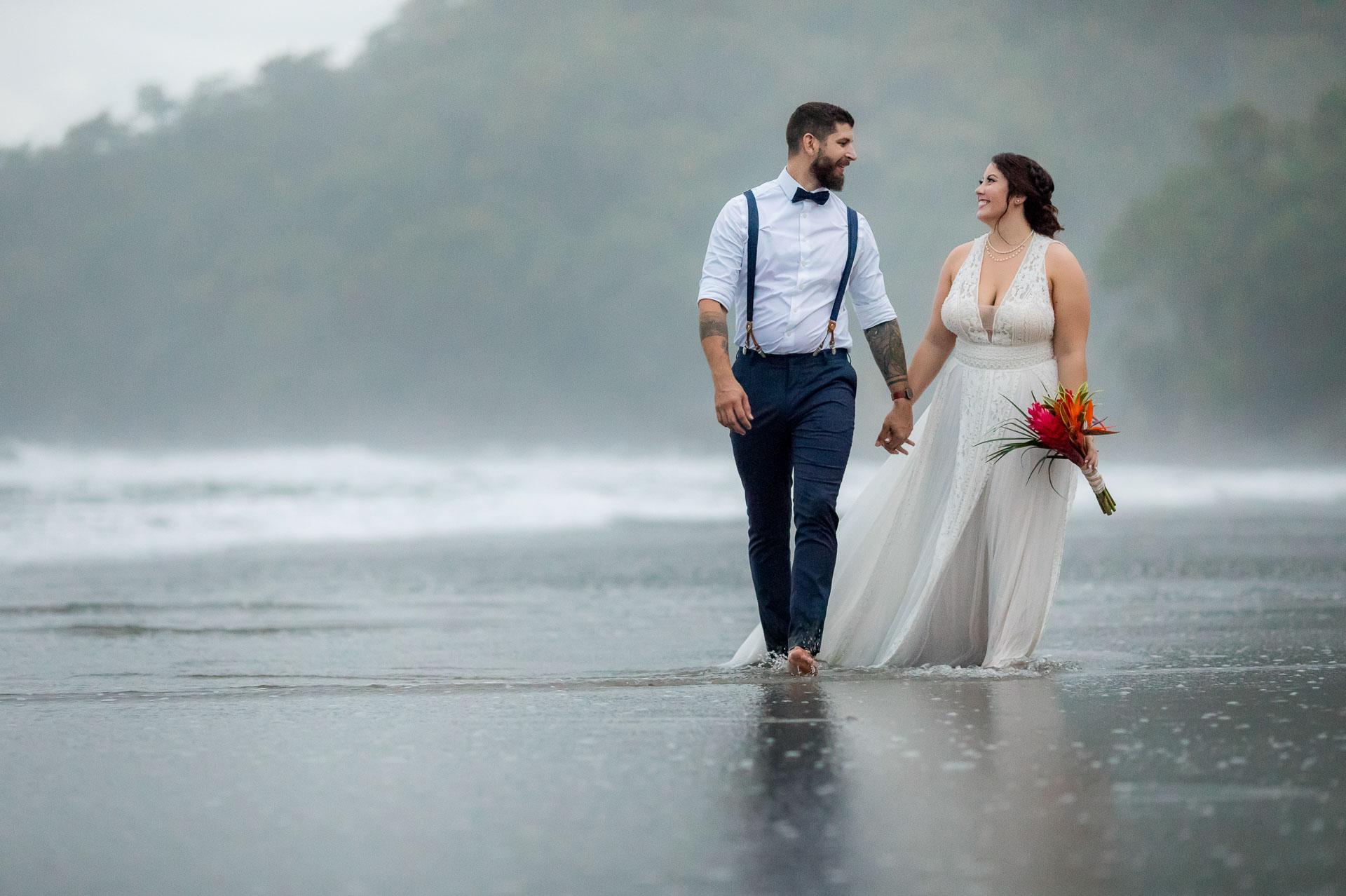 Manuel Antonio Beach, Costa Rica Beach Elopement Portrait - Couple de mariage marchant pendant la session de portrait