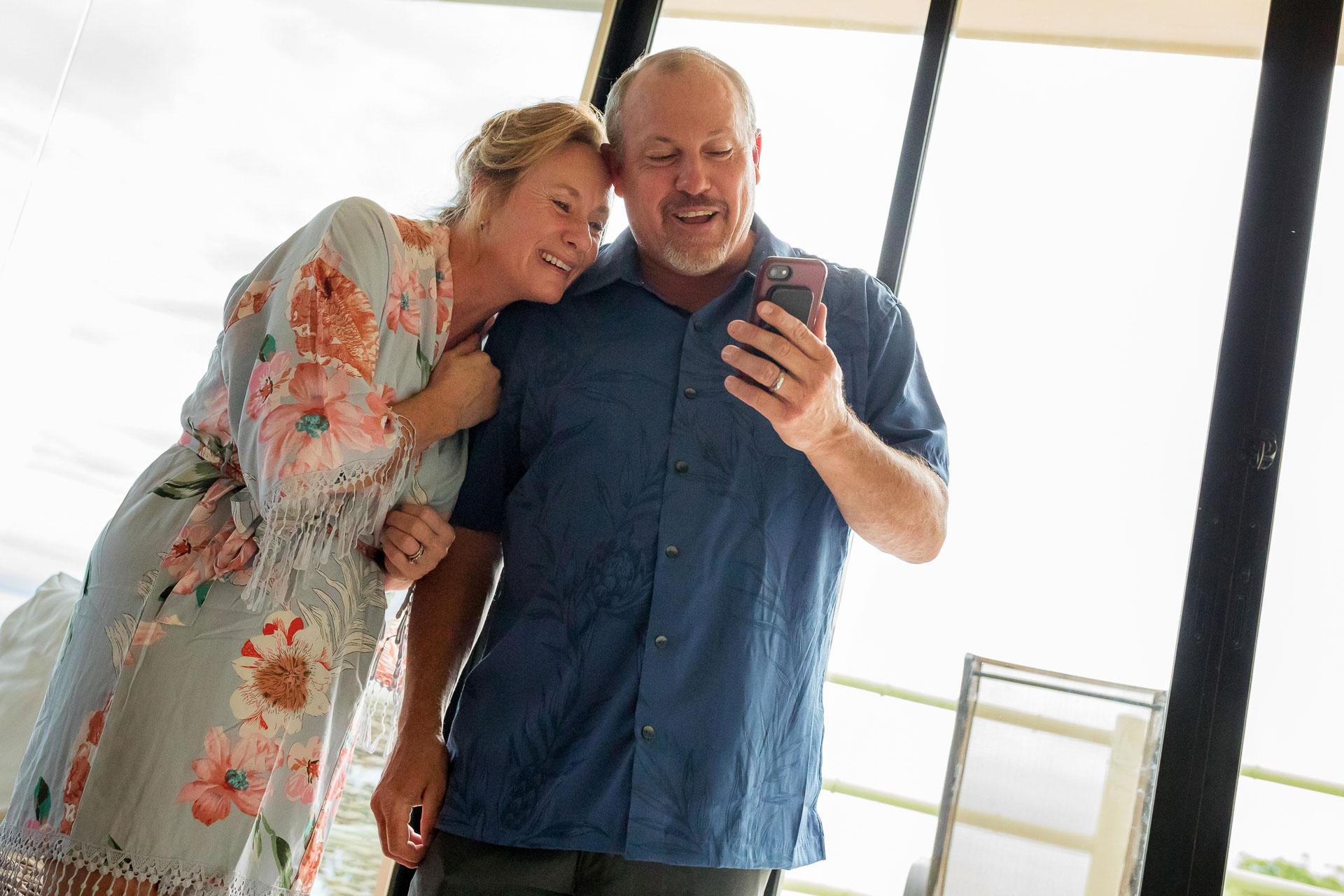 Costa Rica Elopement Père de la mariée Image   parents Skyping avec la famille avant le mariage