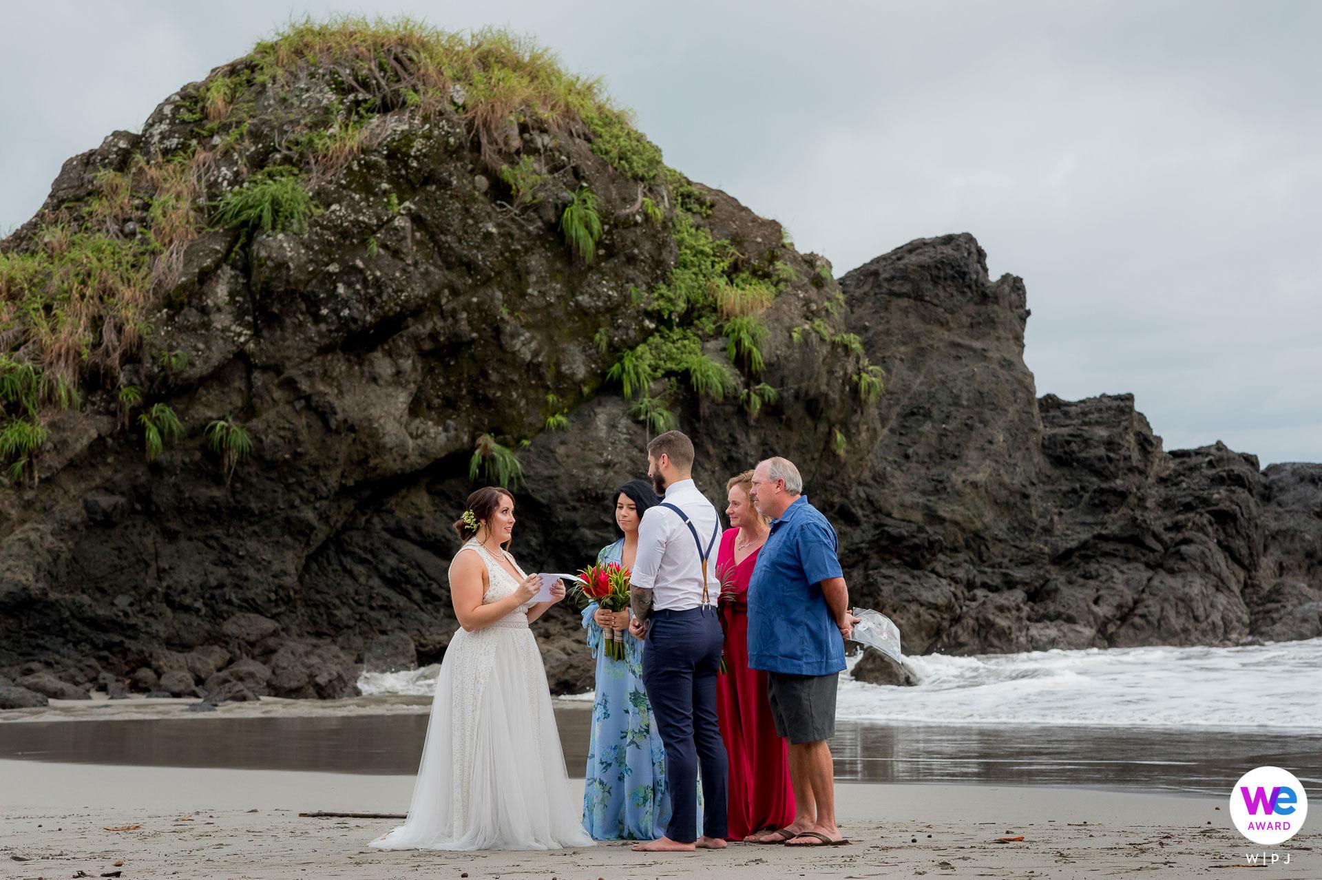 Manuel Antonio Beach, Costa Rica Cérémonie d'élimination Image   Une toute petite cérémonie sur la plage