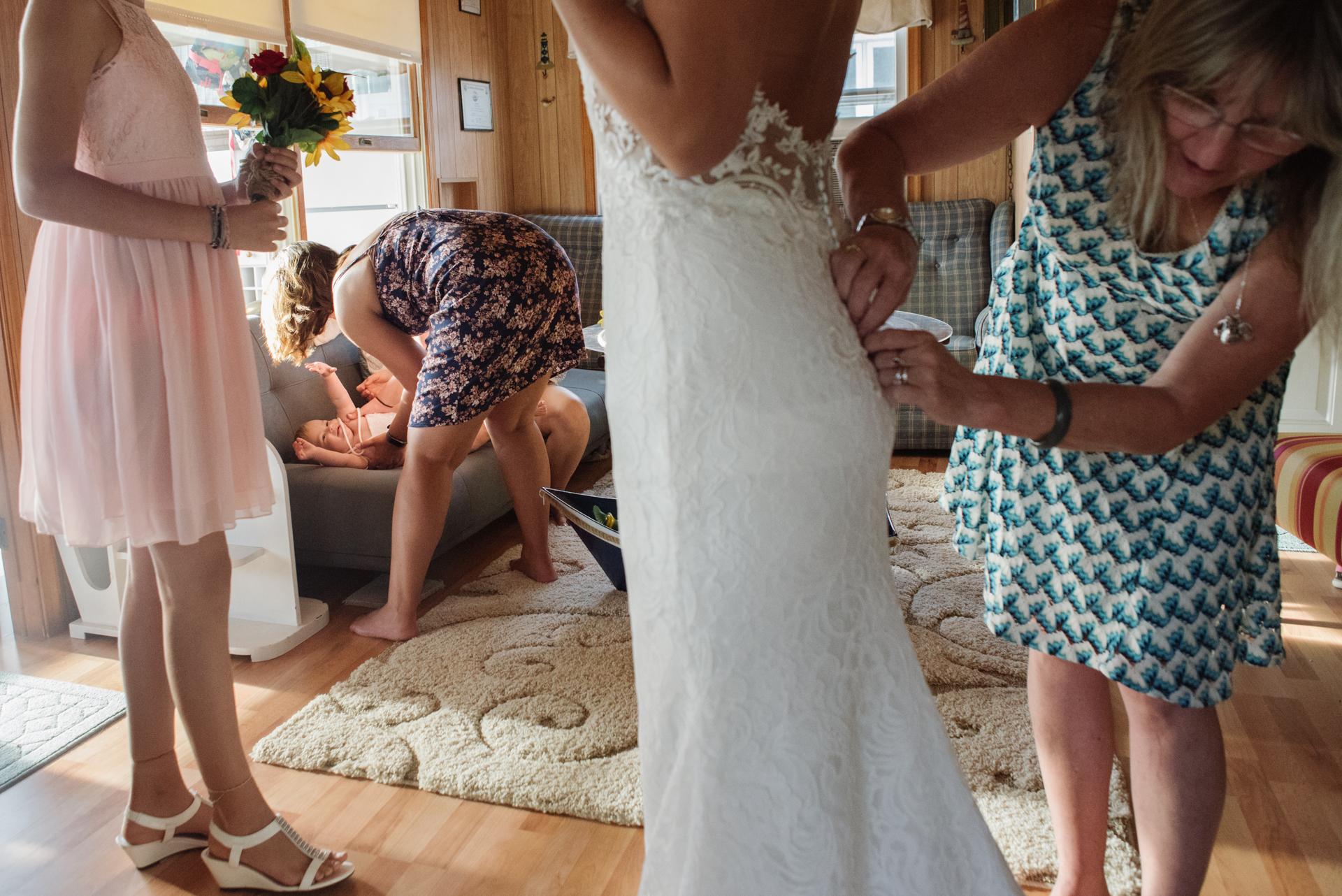 Sea Breeze, New Jersey Elopement Bilder | Die Braut und ihre Töchter erhalten Hilfe bei der Vorbereitung der intimen Hochzeitszeremonie