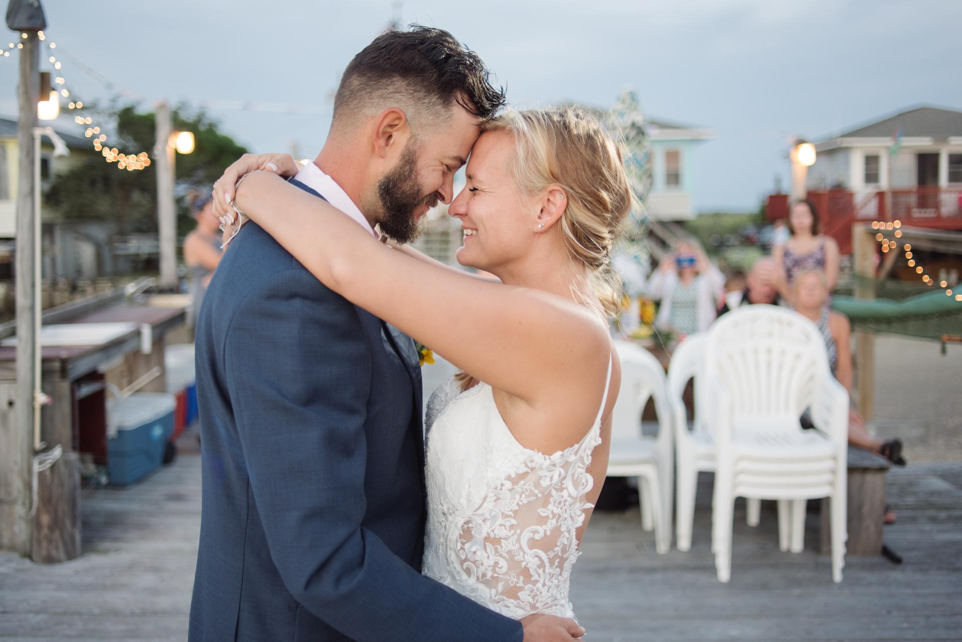 New Jersey Beach Elopement Empfangsbild | Braut und Bräutigam teilen einen ersten Tanz vor ihren engsten Familienmitgliedern