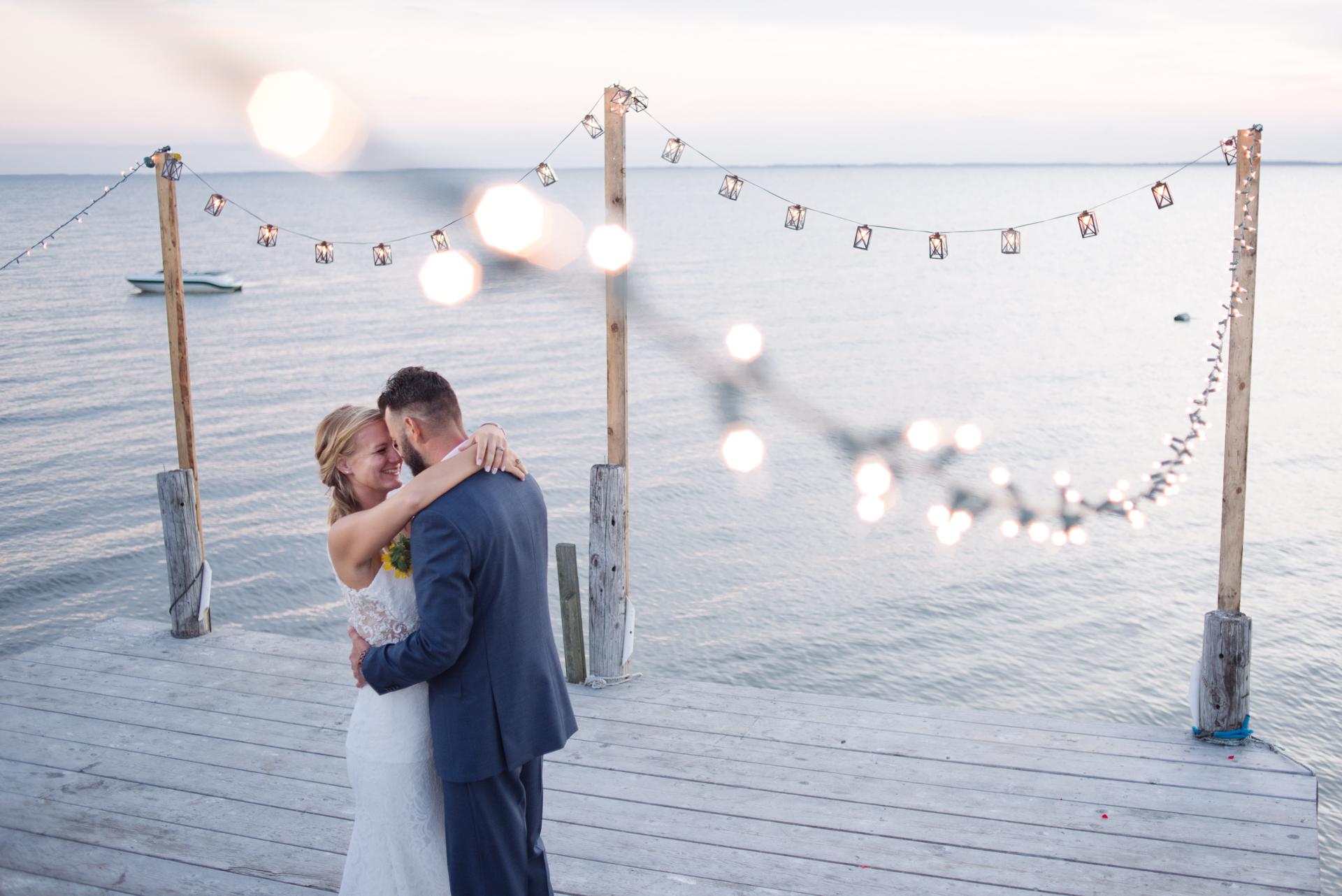 New Jersey Elopement Empfangsdock Foto | Braut und Bräutigam tanzen zum ersten Mal auf dem Dock