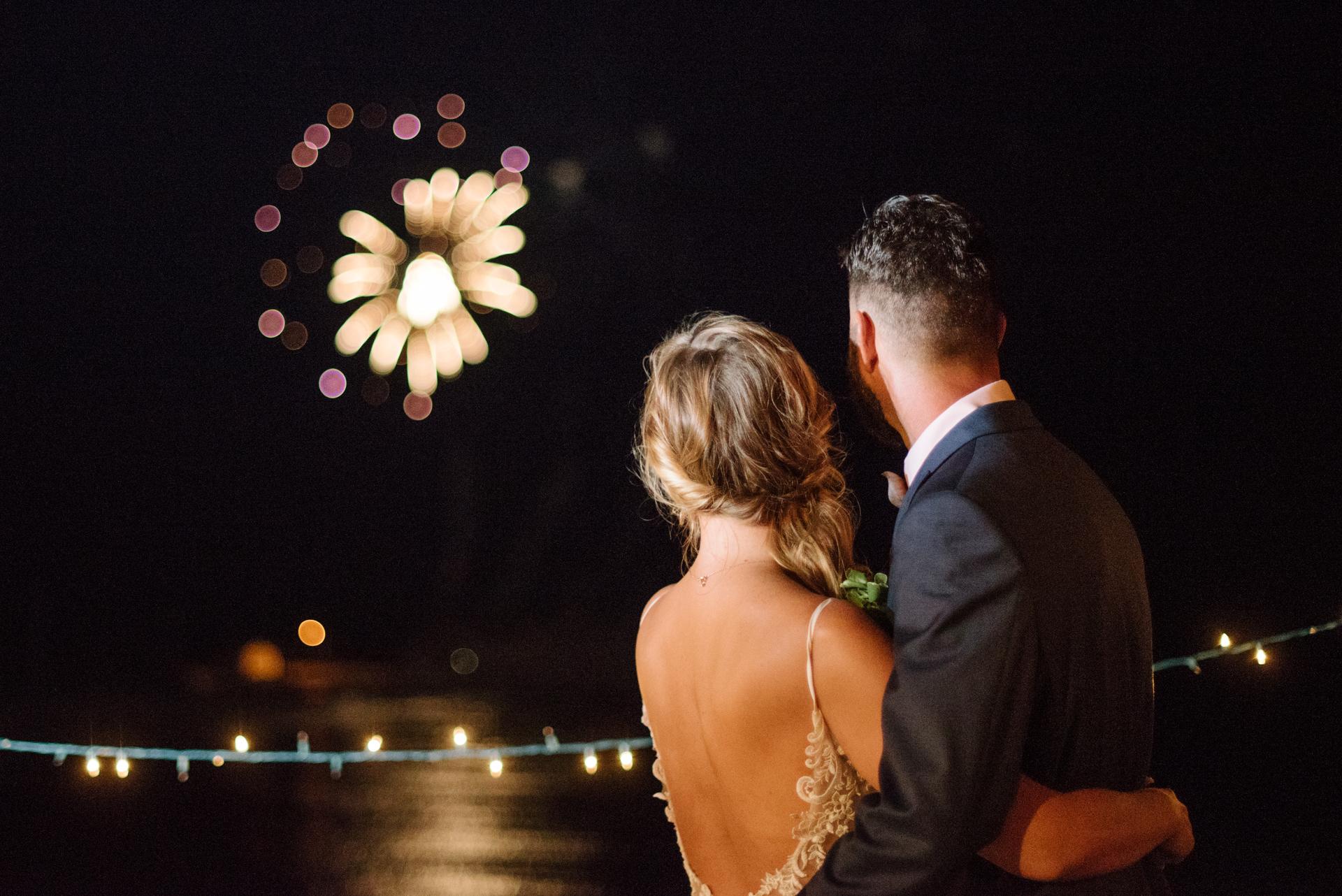 New Jersey Beach Elopement Feuerwerk Bild | Braut und Bräutigam sehen Feuerwerk von Freunden.